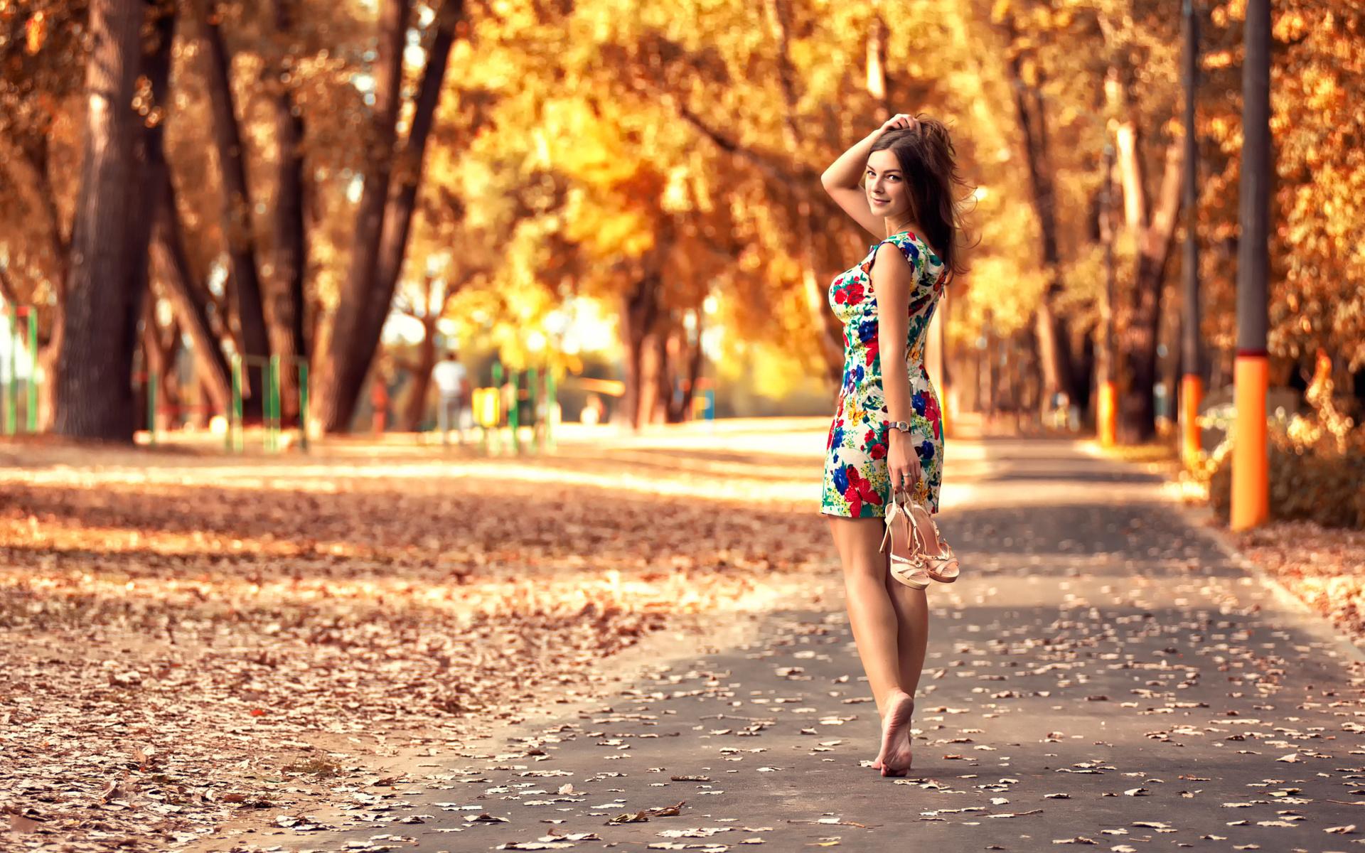 Огромные женские девушки в платьях в парке женщины нижнем