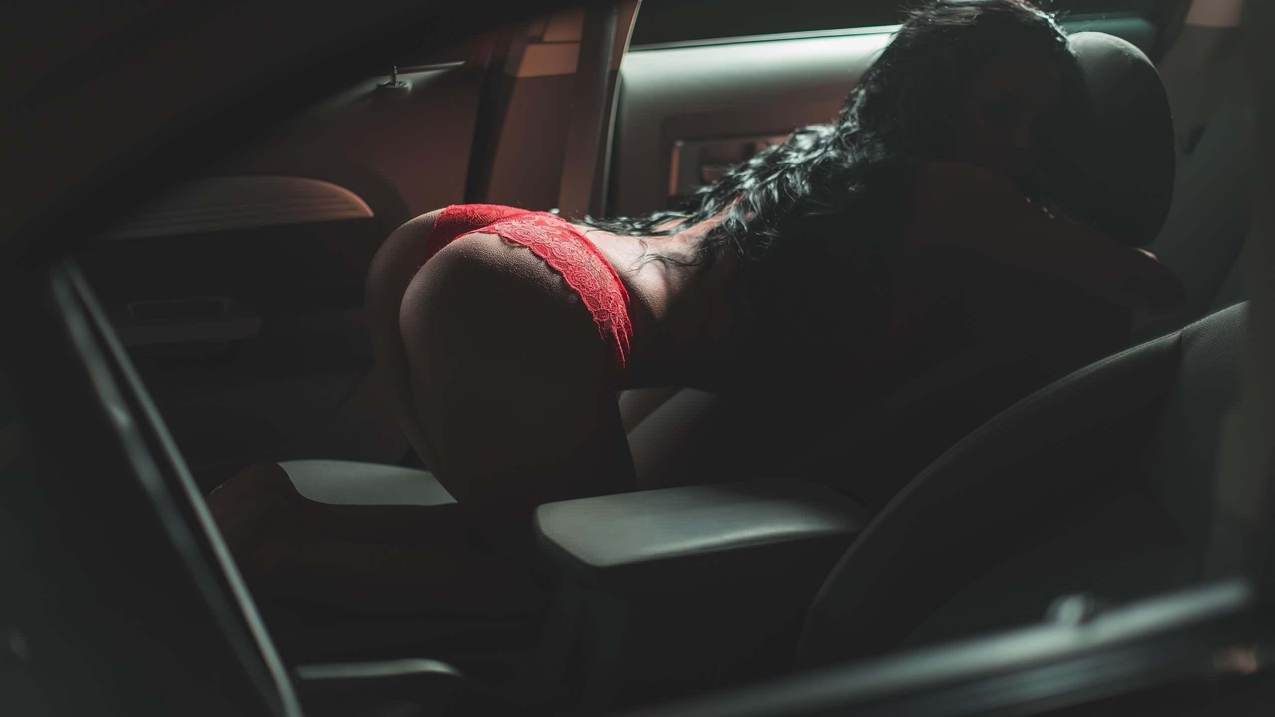 залазила в машину и соблазнила попкой