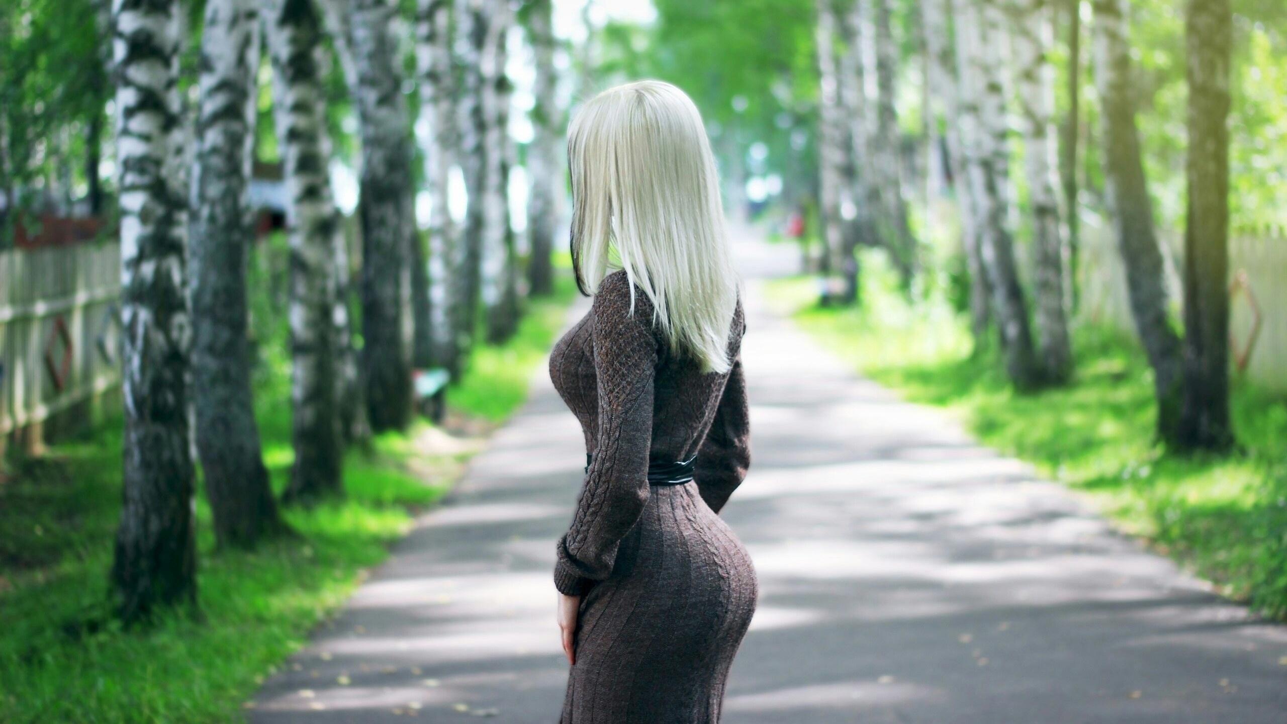 весна спиной фото блондинки