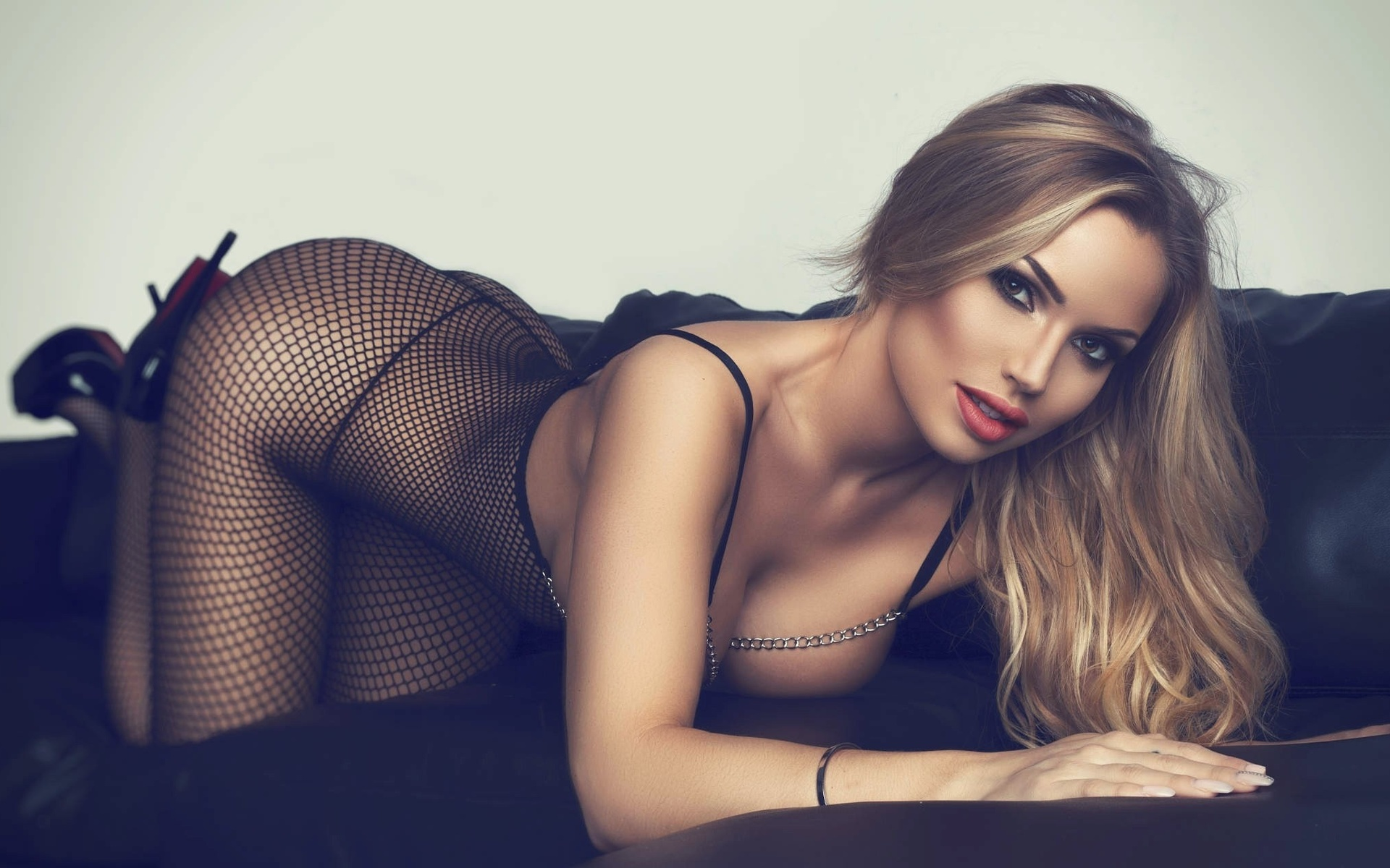 razdvinutih-devushki-seksi-fotomodeli-plyazhe