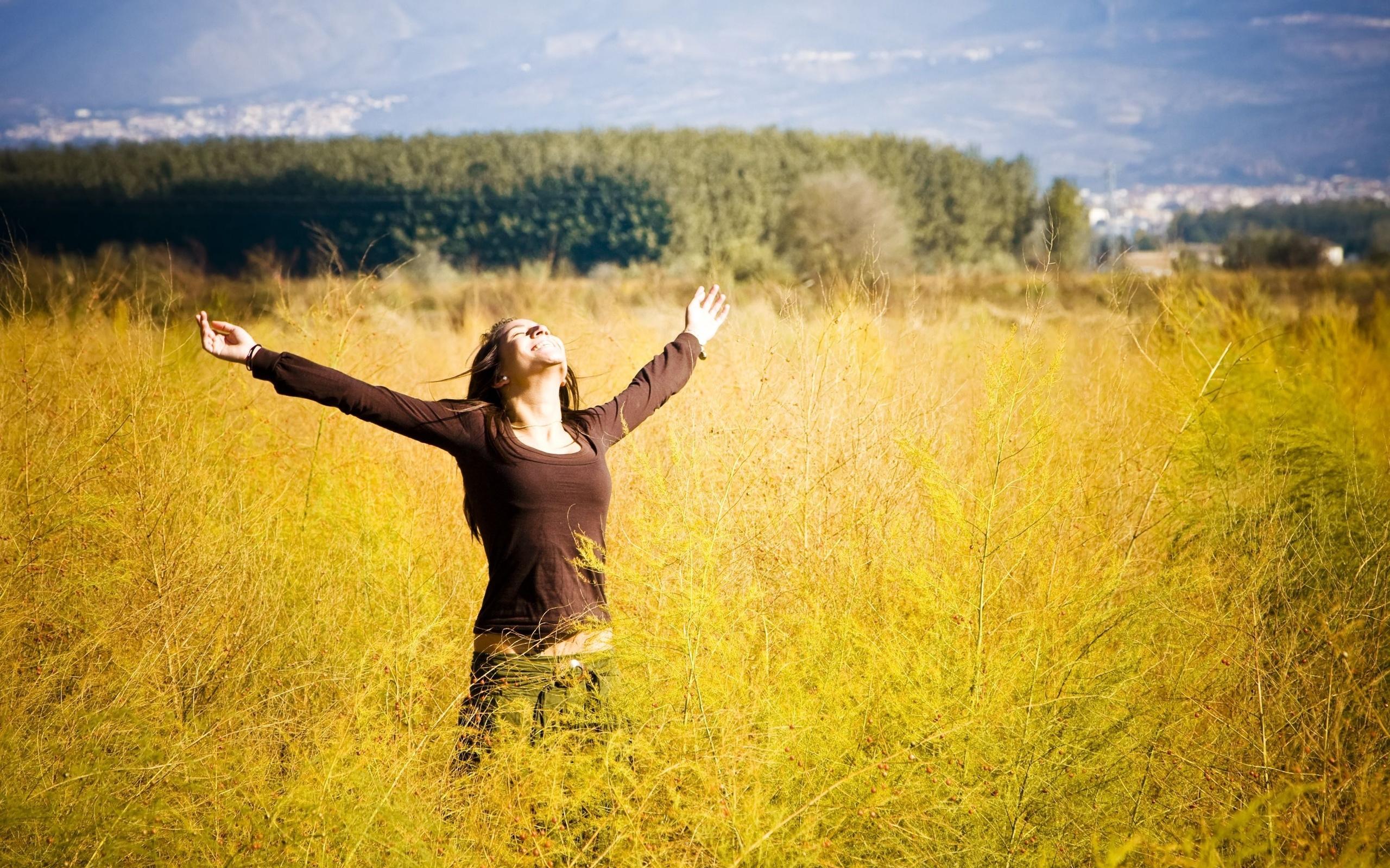настроения, девушка, женщина, брюнетка, позитив, радость, счастье, свобода, руки, улыбка, растение, цветы