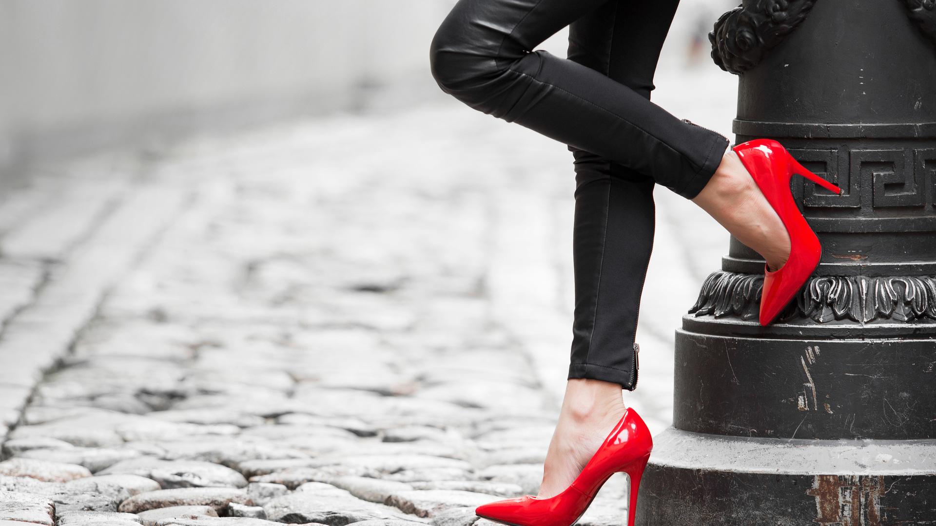 Картинки женские ножки в туфлях, татьяниным днем