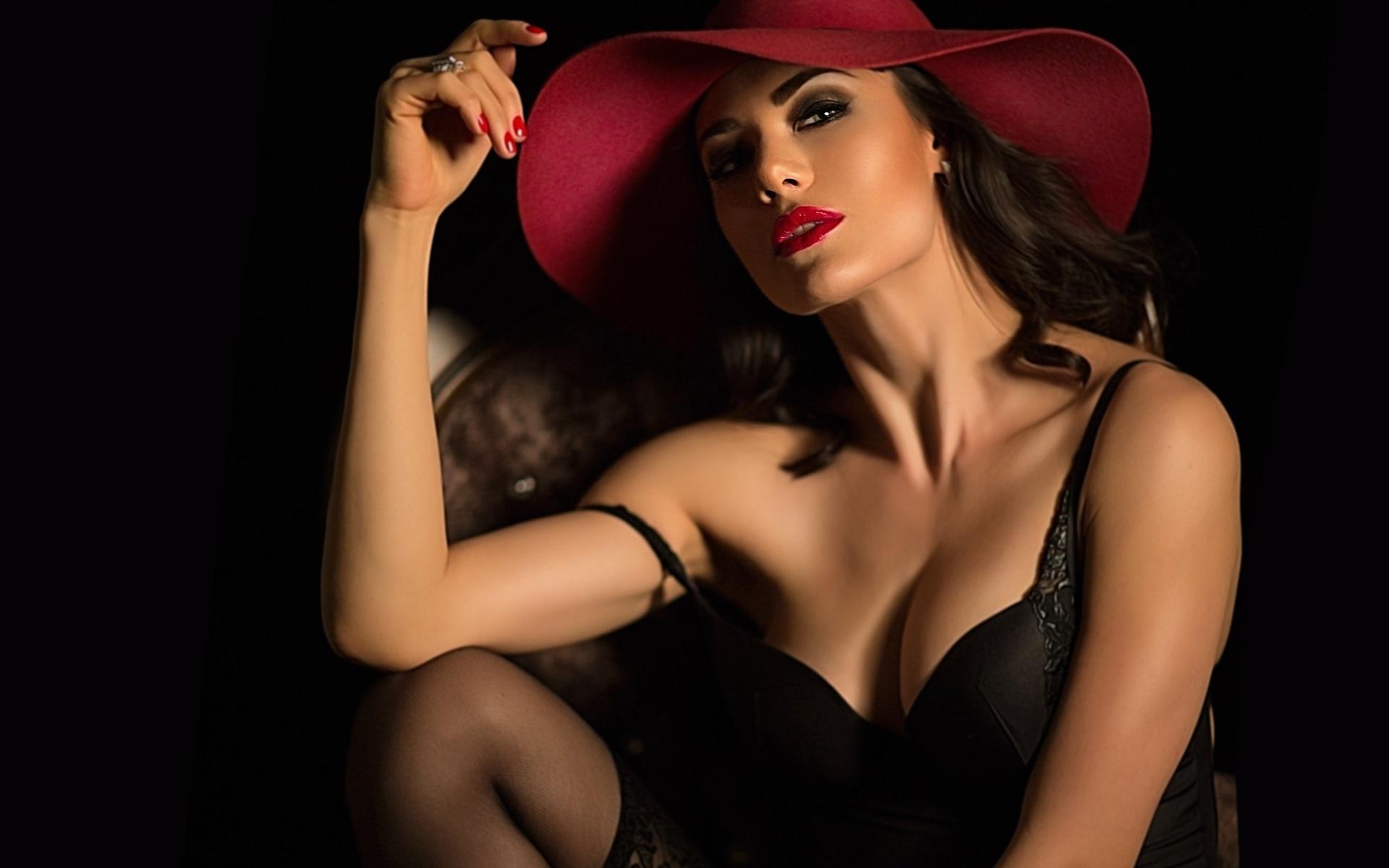 черном брюнетка на в фоне белье красном