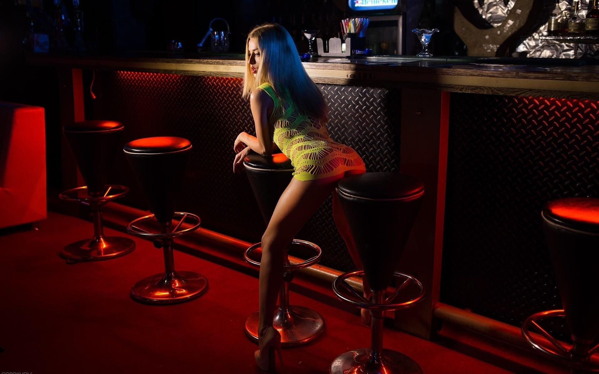 такие фото лесбиянок блондинок у барной стойки был уверен, что