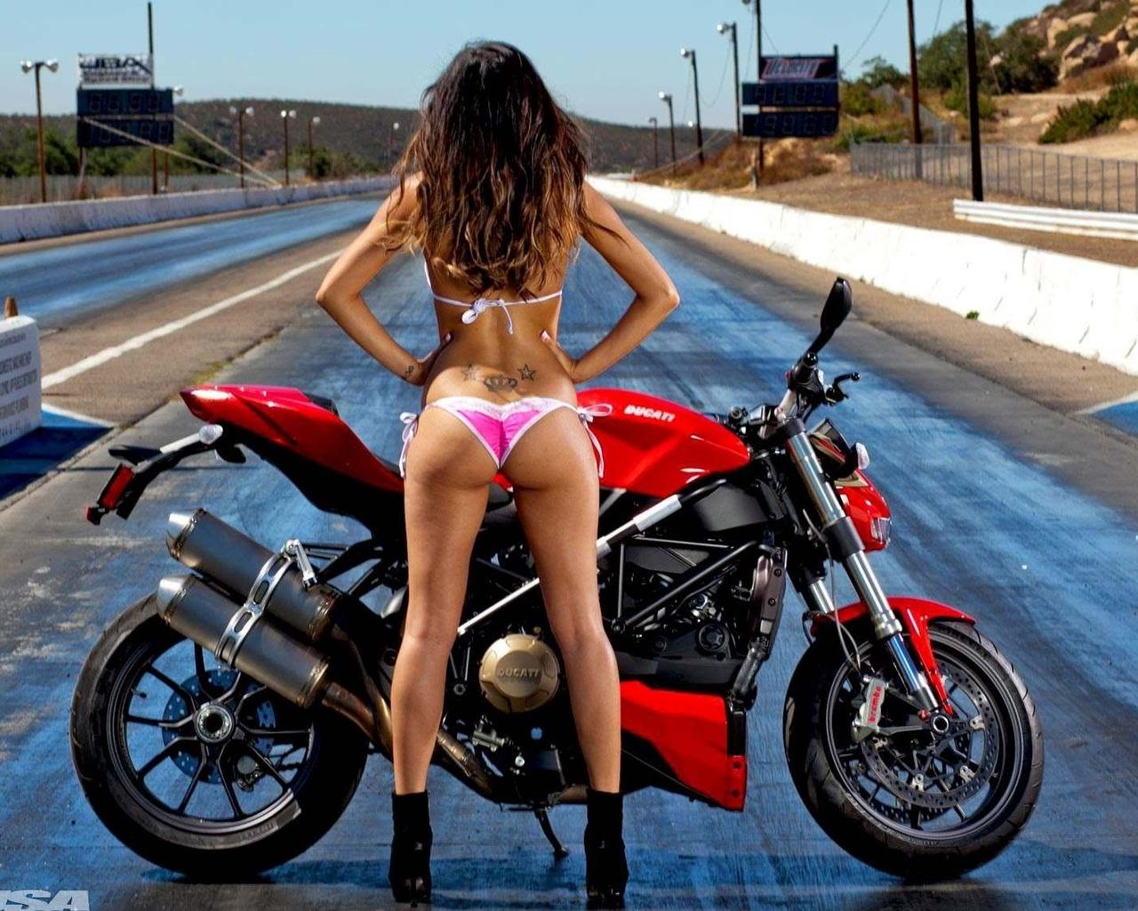 video-devka-baldeet-ot-sportivnogo-mototsikla