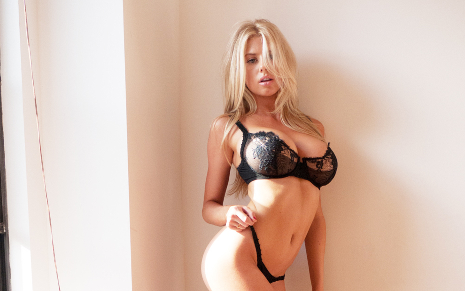 Самая красивая грудастая блондинка позирует голая перед камерой
