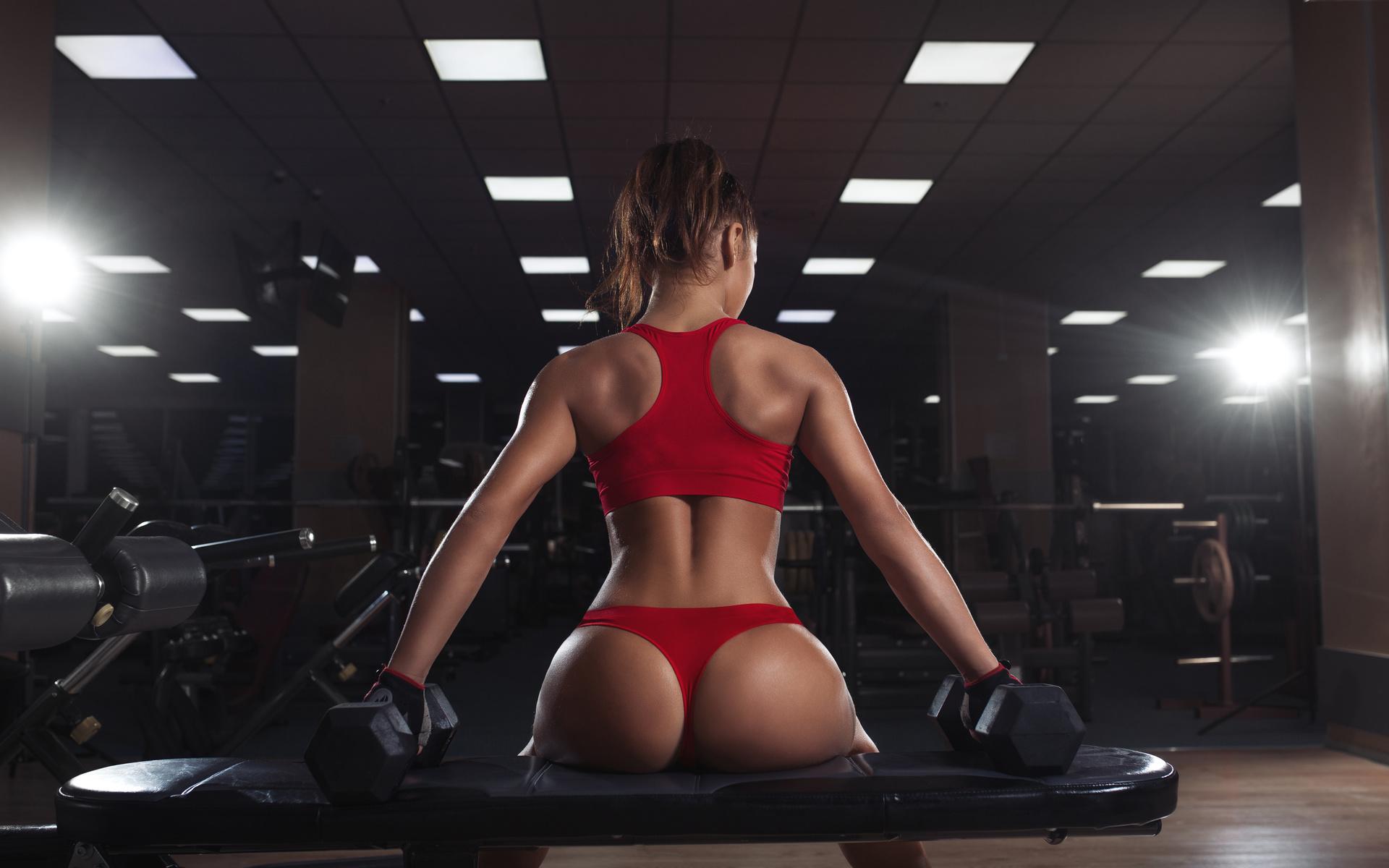 Сексуальные попы в спортзале сидя очень