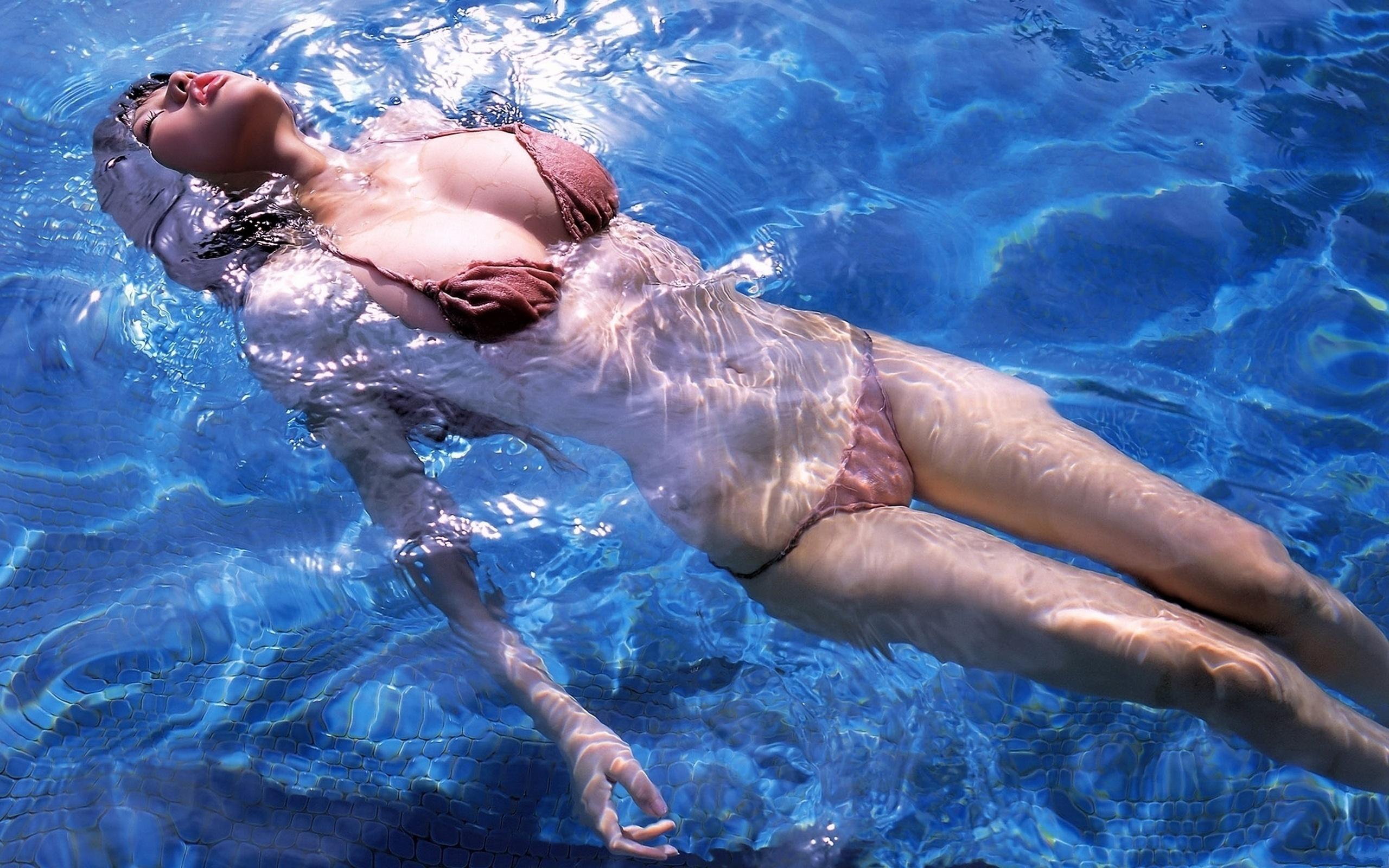 Залили водой жопу девушки видео