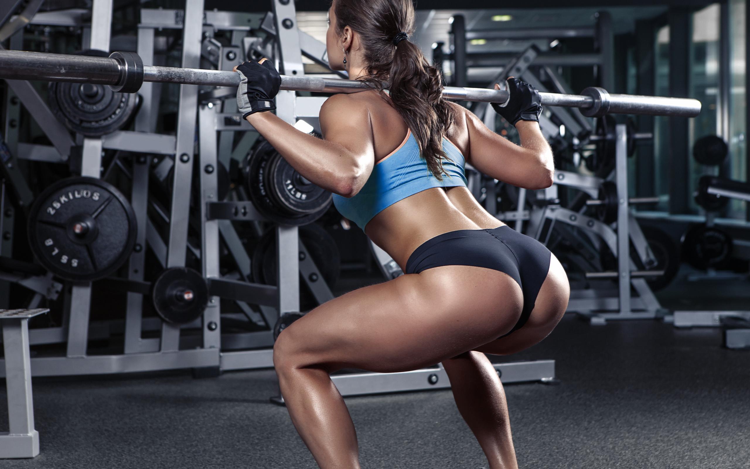 В спортзале девушки попки