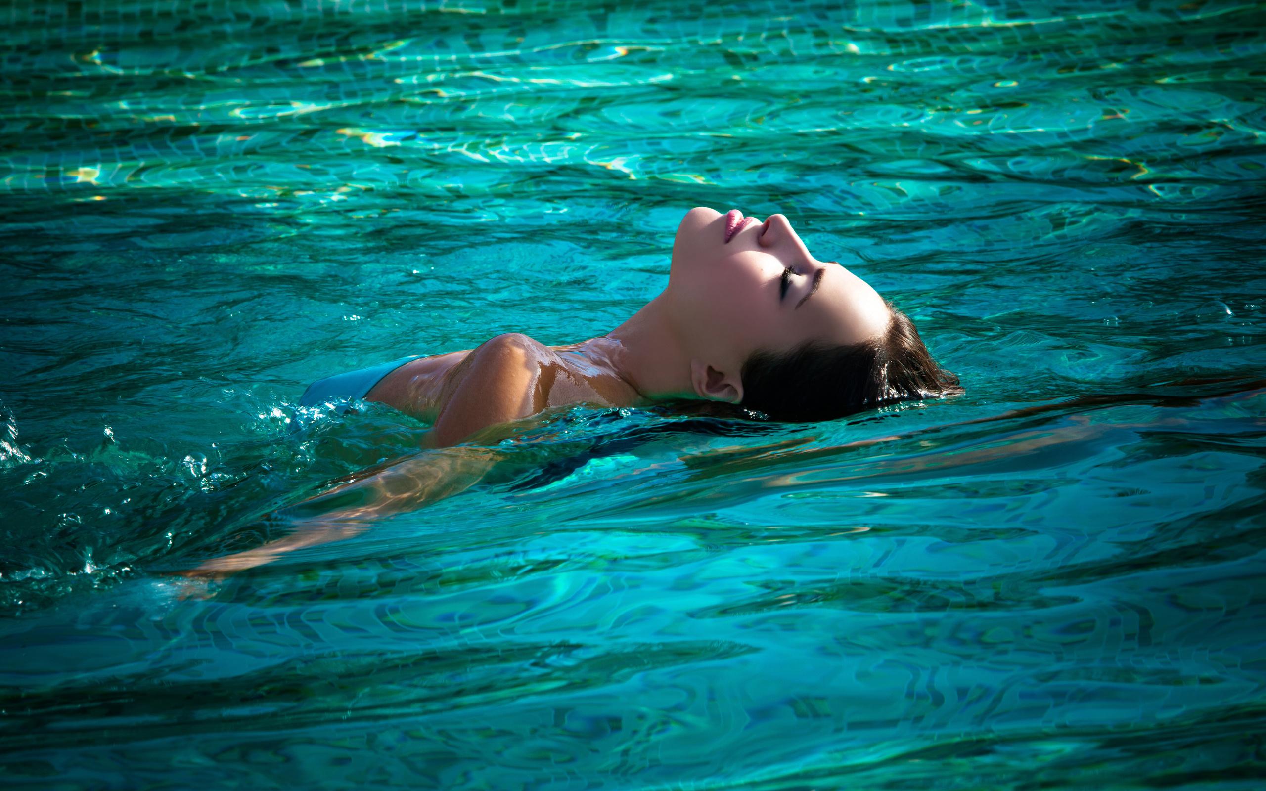 доказано, что красивая девушка плавает в бассейне делает чудеса божья