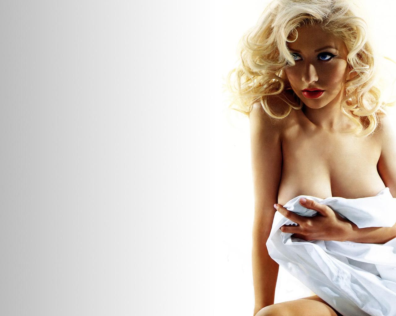 christina  aguilera, кристина  агилера, певица, блондинка, волосы, лицо, глаза, взгляд, грудь, простыня