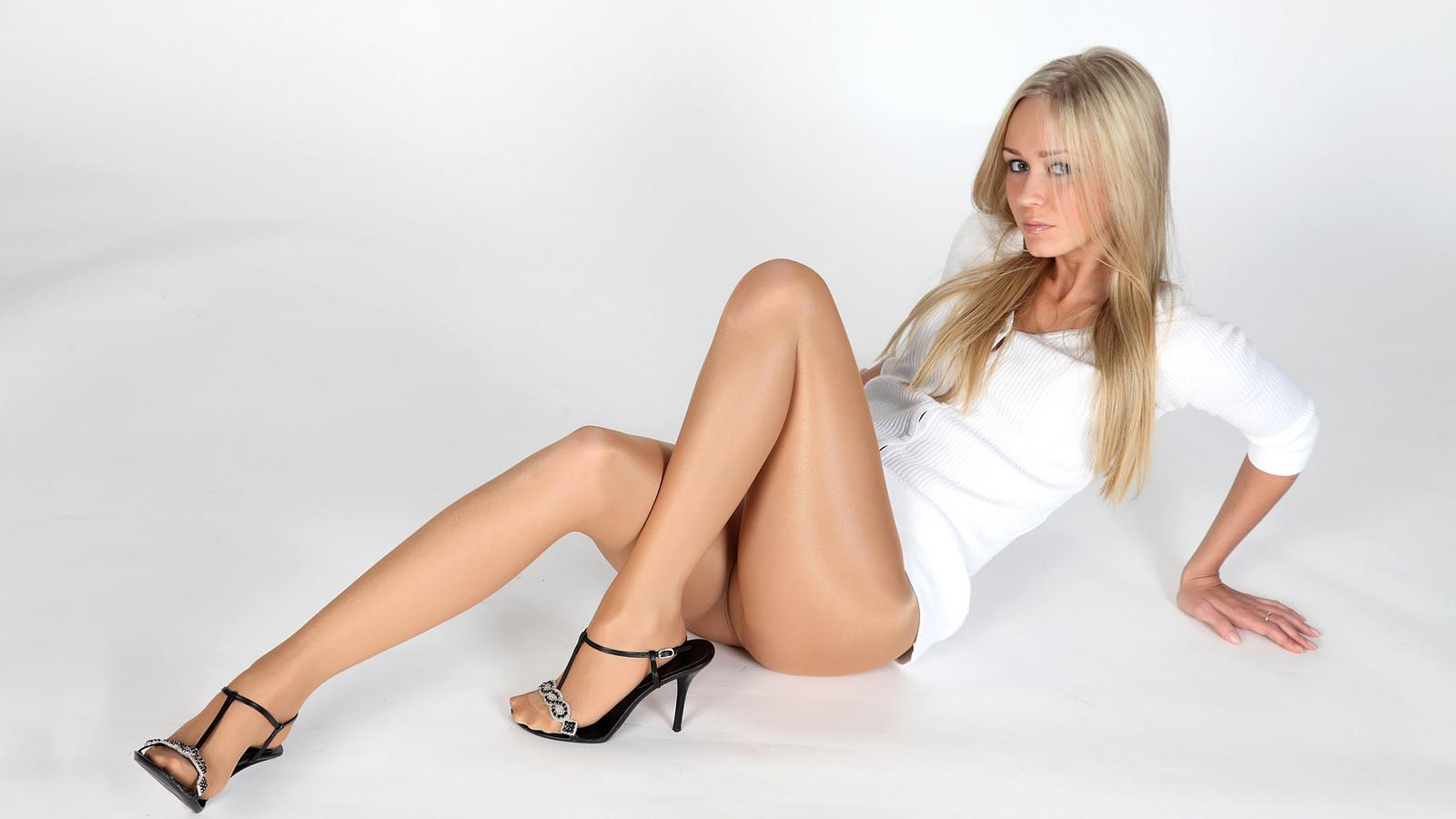 колготки длинноногая блондинка вроде как незаметно