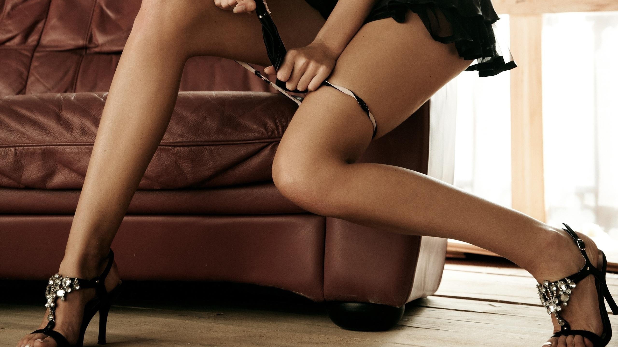 smotret-striptiz-krasivih-nozhek-videleniya-na-maminih-trusah-foto
