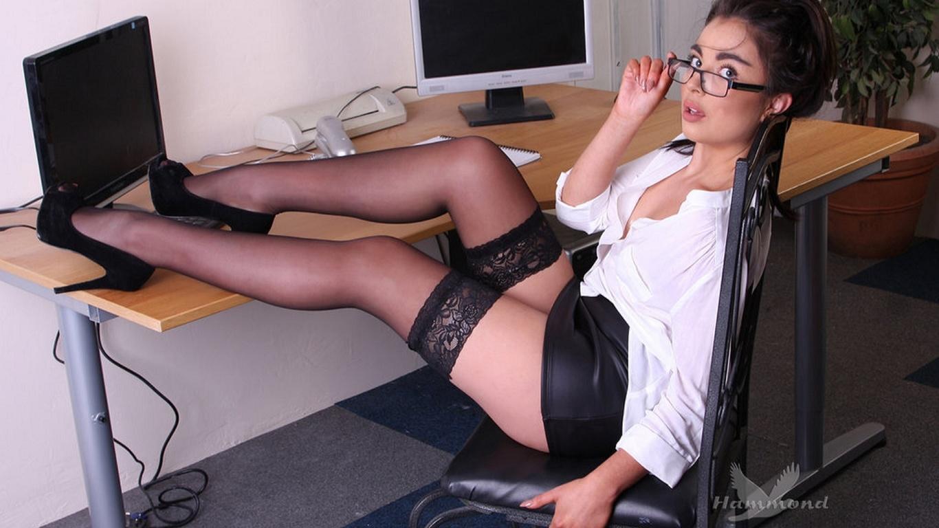 девушка, фигура, ножки, чулки, очки, рабочий стол