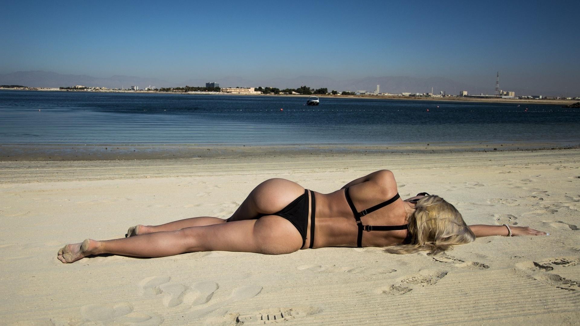 Голая девушка на пляже уснула моему