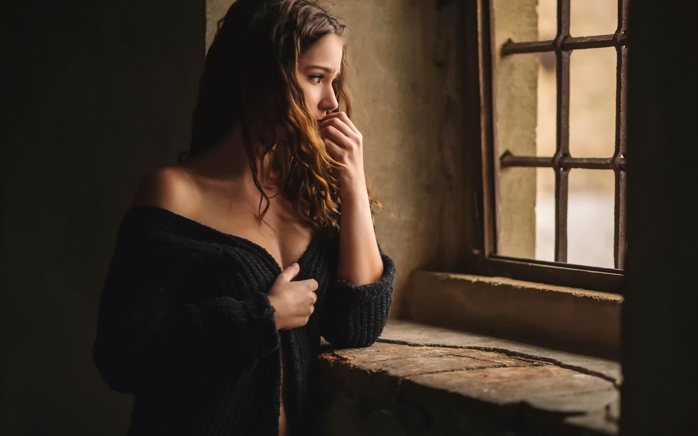 Картинки грустная девушка у окна