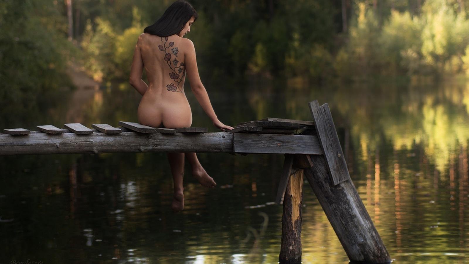 голые девчонки на мостике сидел диване