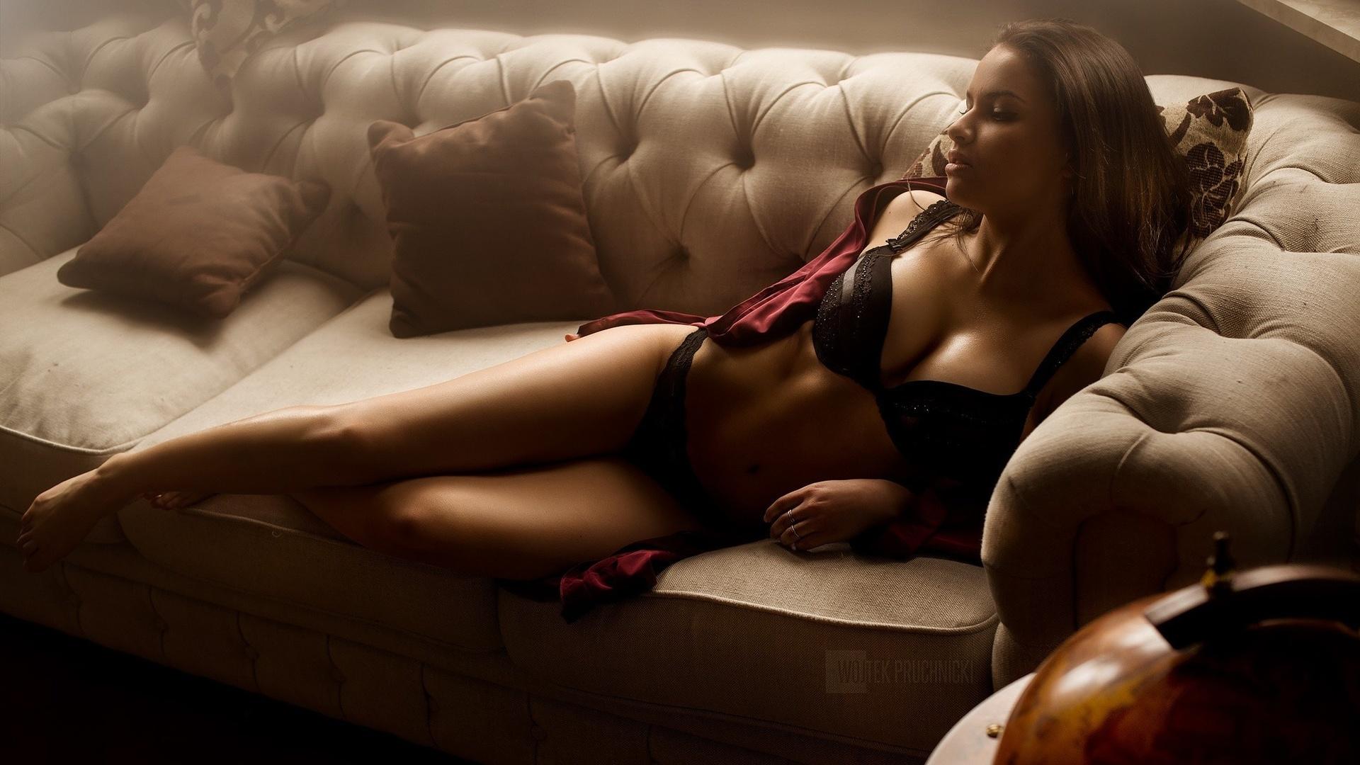 есть, девушка лежит на диване искали