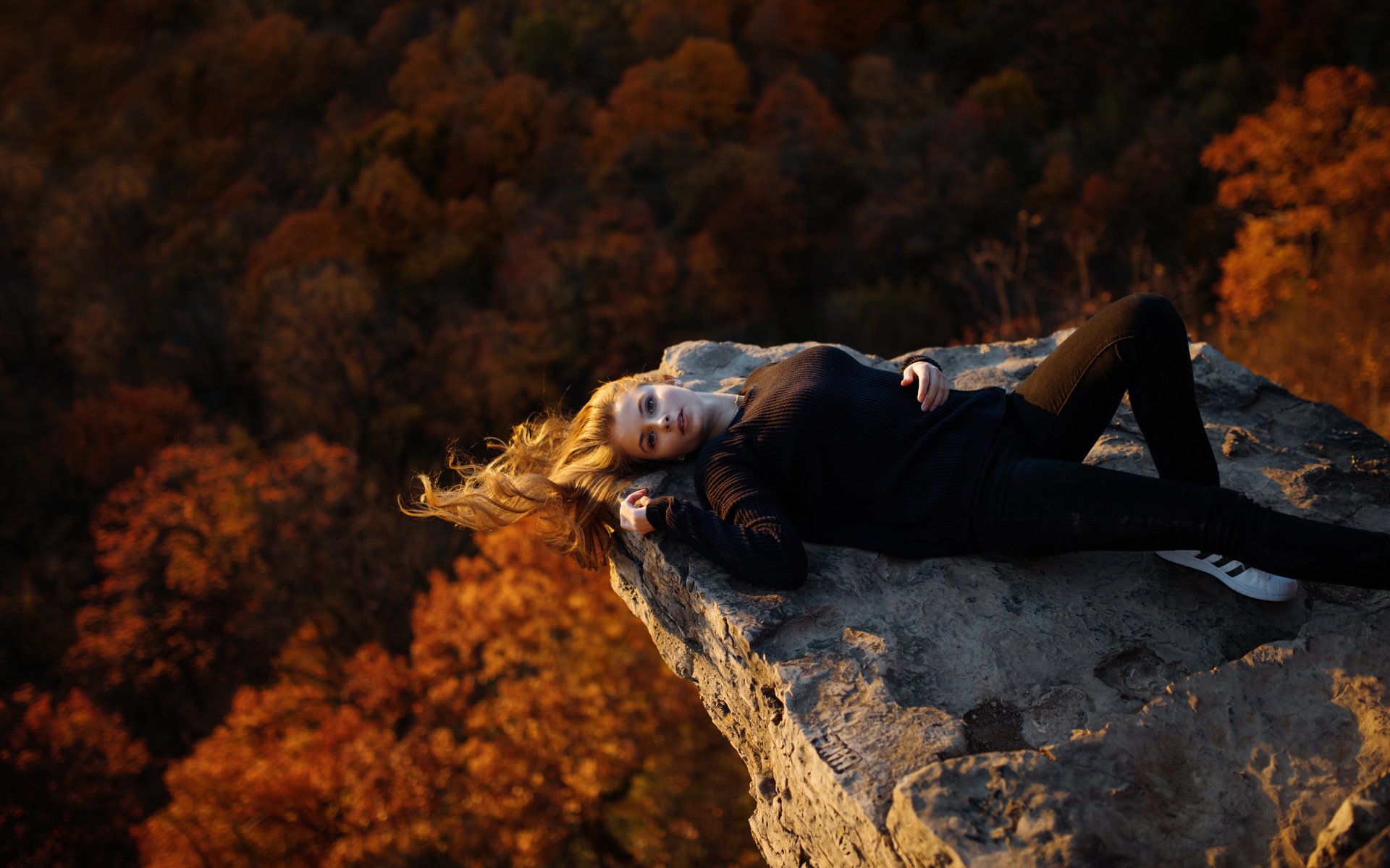 осень, скала, свитер, angelika jesse herzog, девушка, модель,позирует,рискованно,скала,деревья,высота,блондинка,глаза,грудь,спортивный,костюм