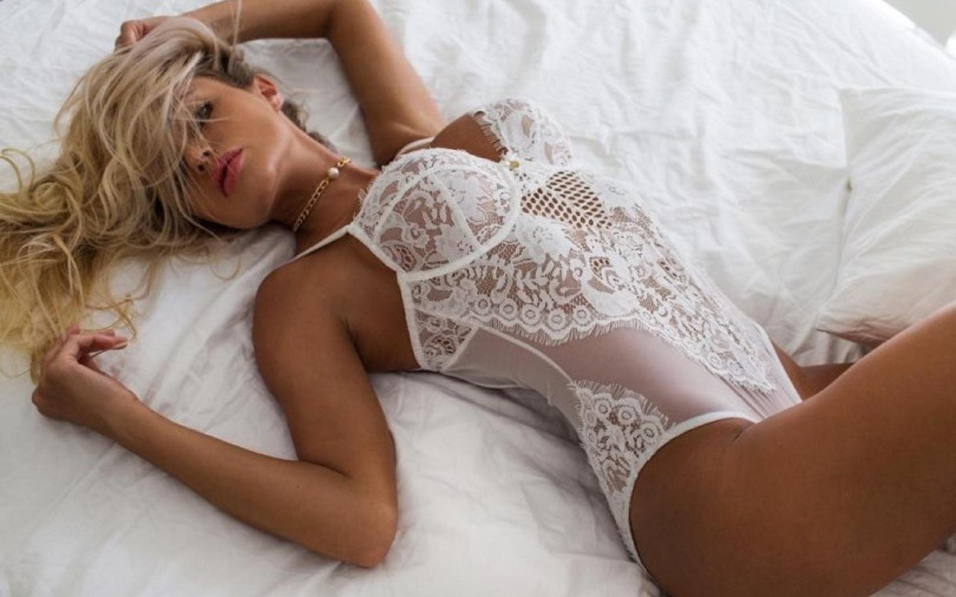 блонда в кружевном белье видео