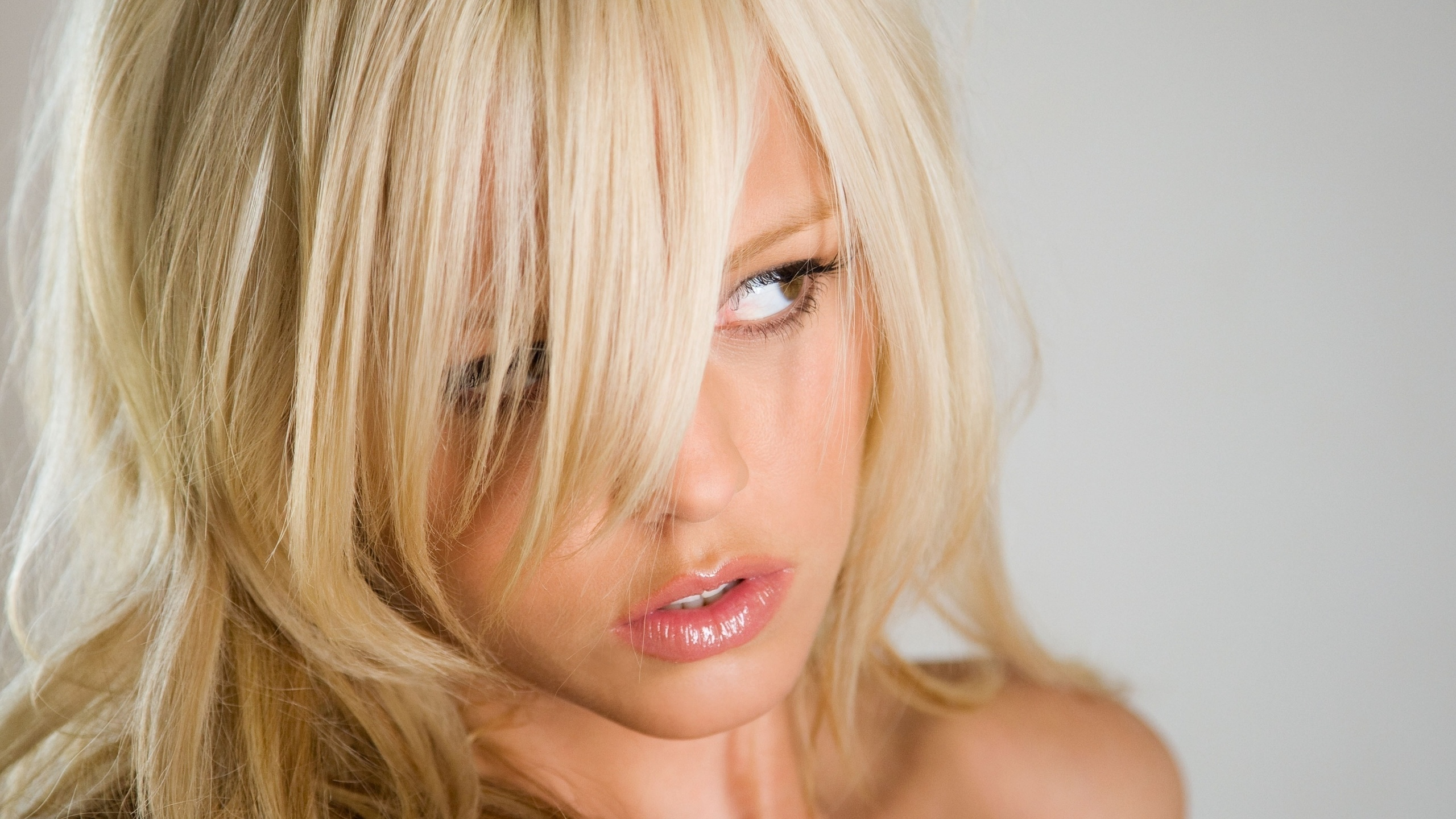 брюнетка на члене а блондинка на лице