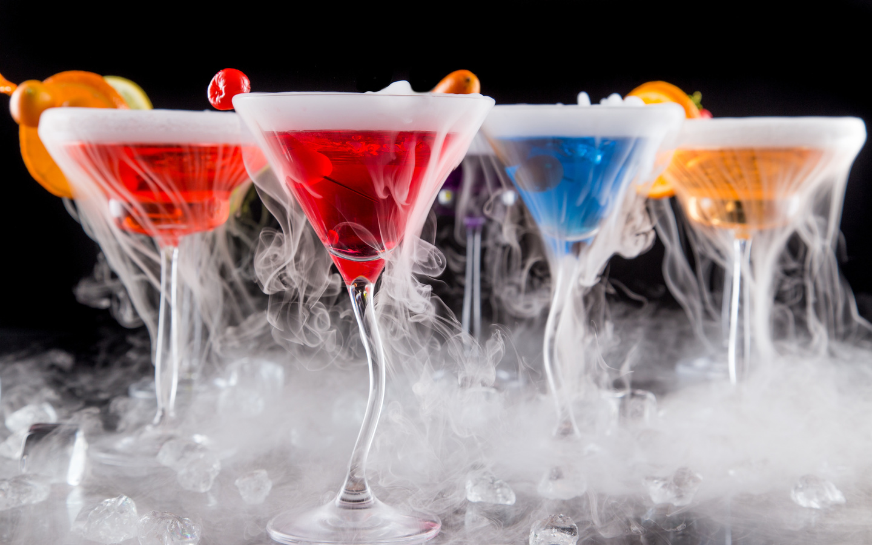 напитки, коктейль, дым, бокалы, фон,темный,фужеры,лед,ягоды,красный,синий,желтый,апельсин