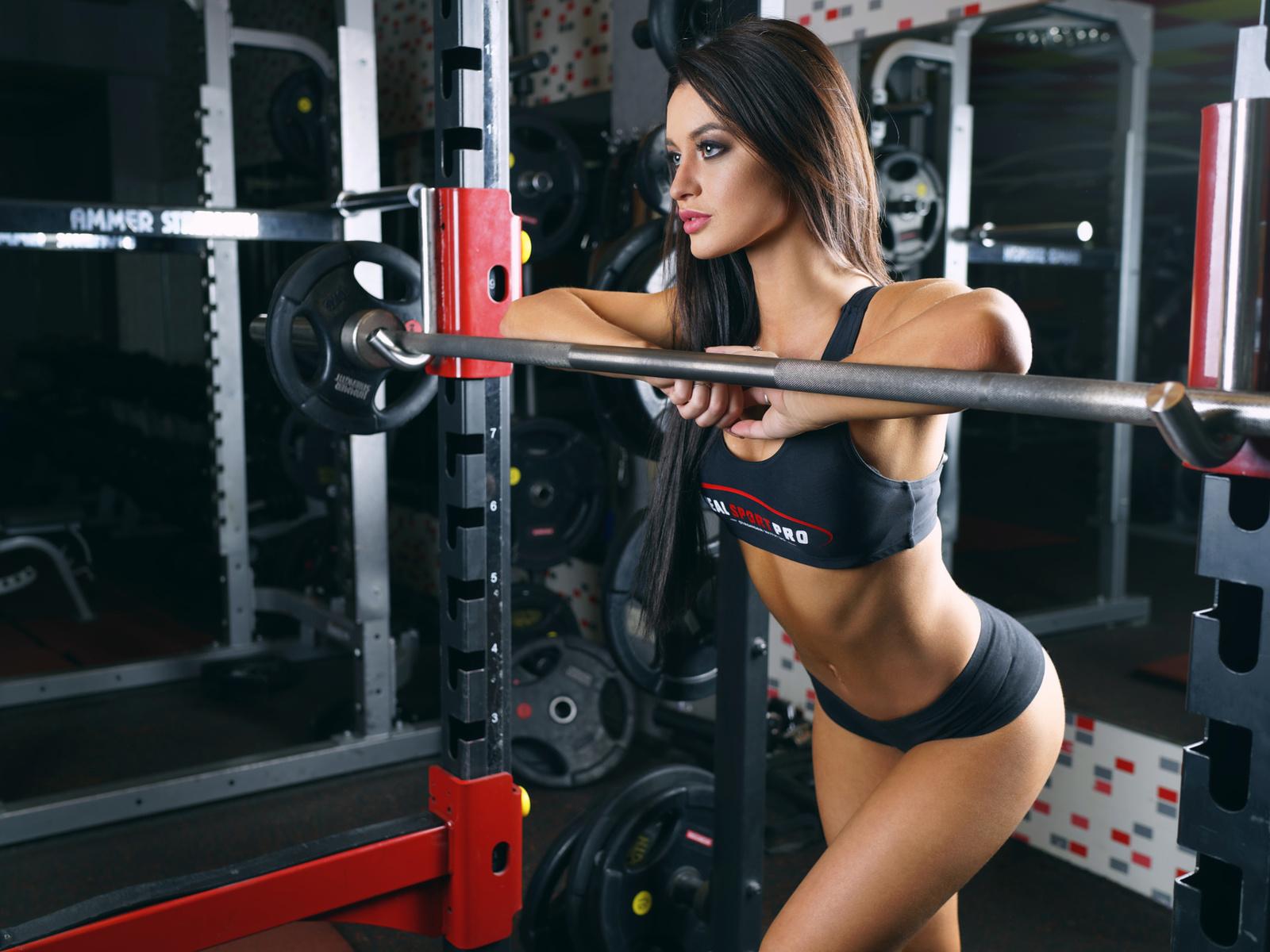 девушки секси в фитнес клубе качалке отличное качество фото когда прочитала,поняла