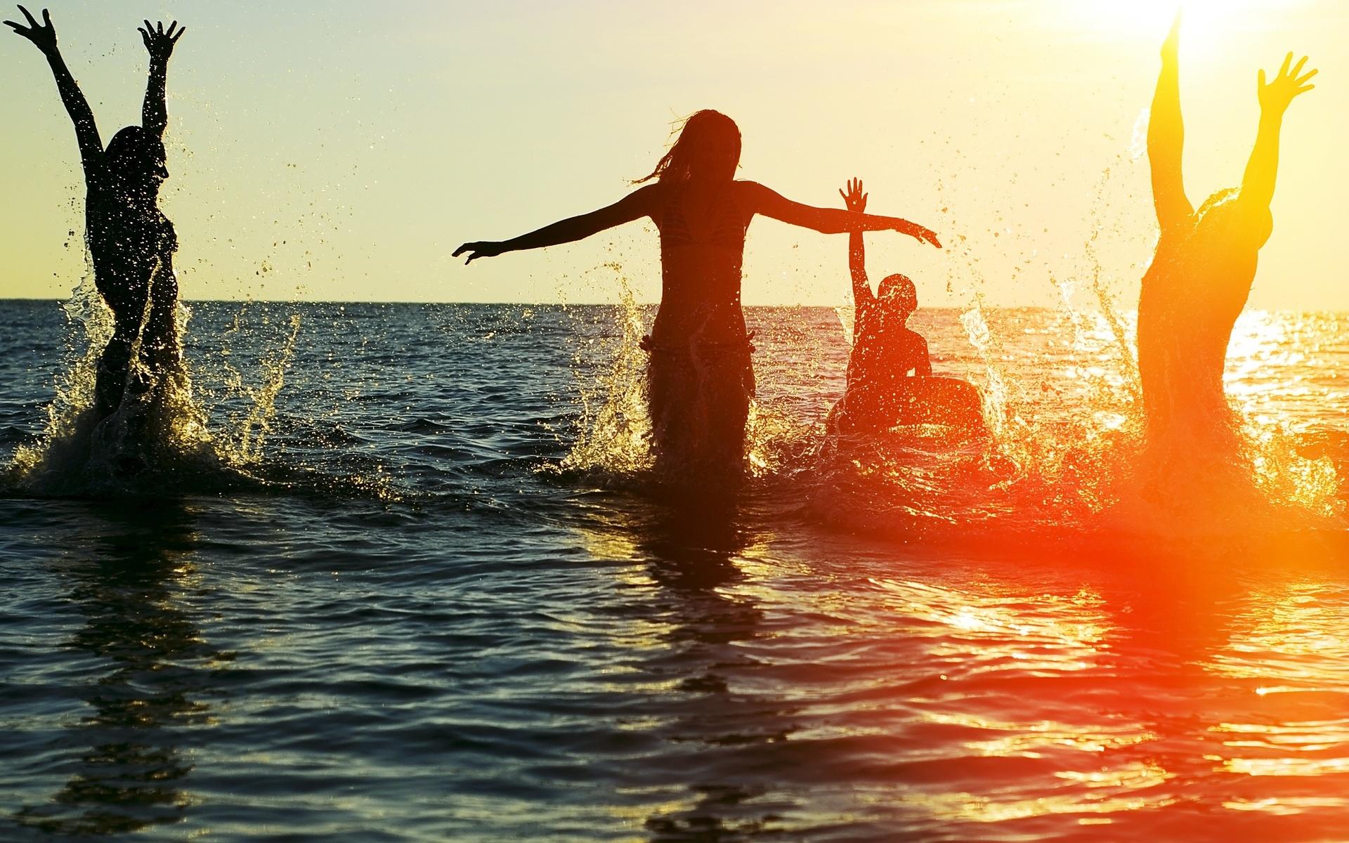 океан, вода, люди, веселье, брызги, капли, солнце, компания, закат