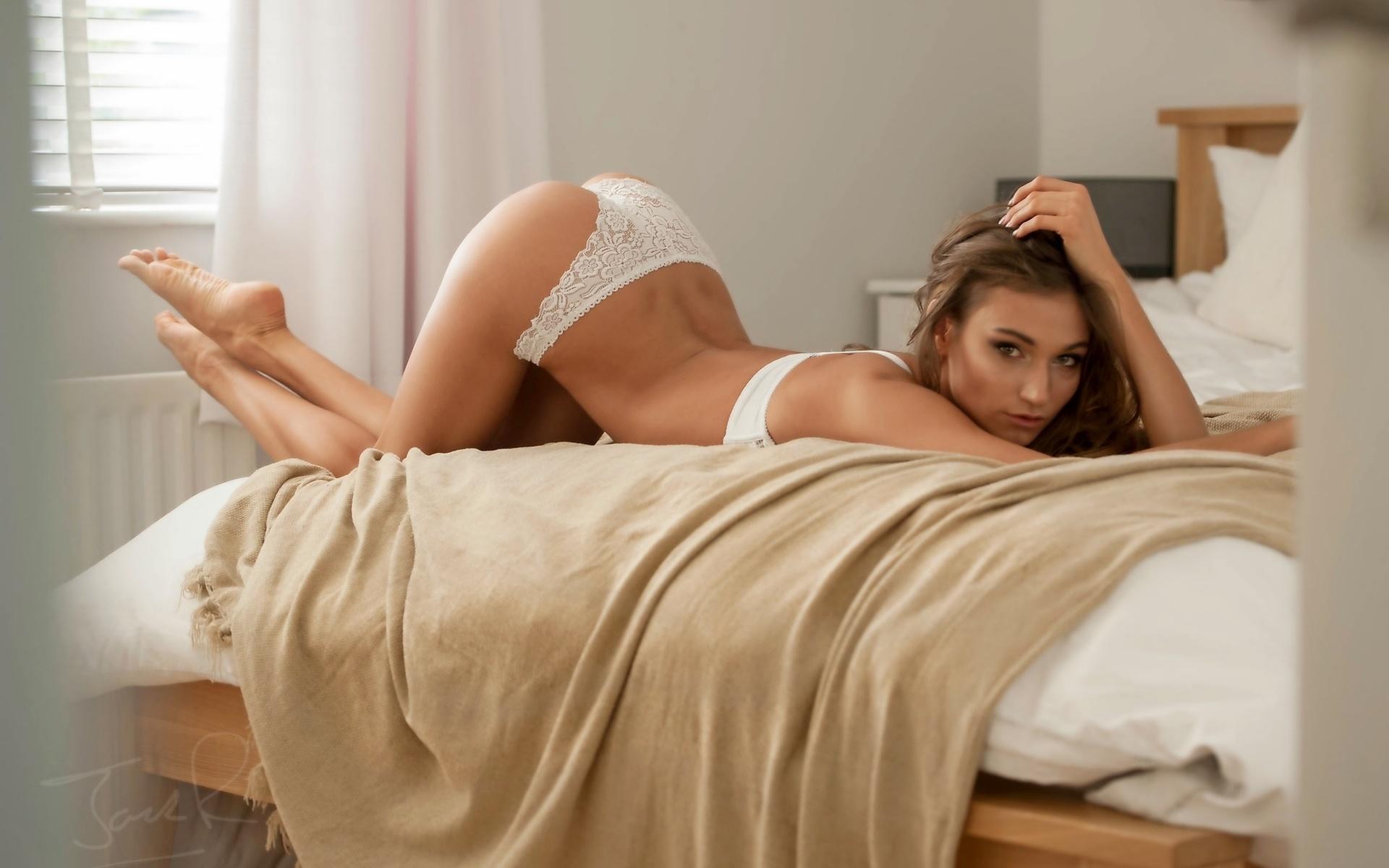 Фото попки девушек в постели, Большие задницы голых девушек в постели - Частное 18 фотография