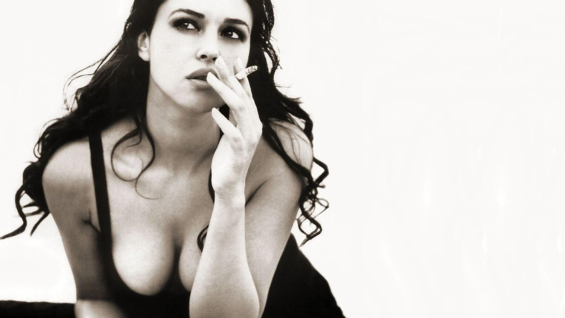 monica bellucci, with a cigarette, photo, black and white