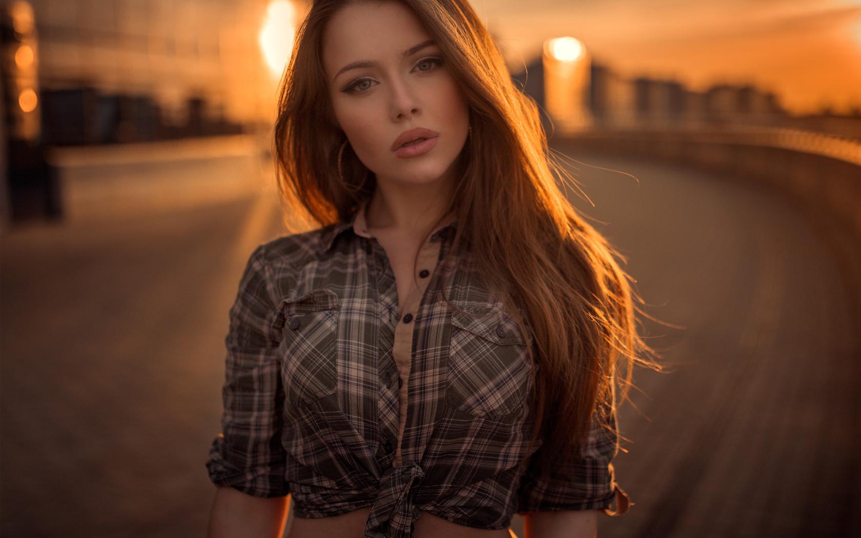 русая, позирует, взгляд, город, девушка, милая, рубашка, александра стельмах