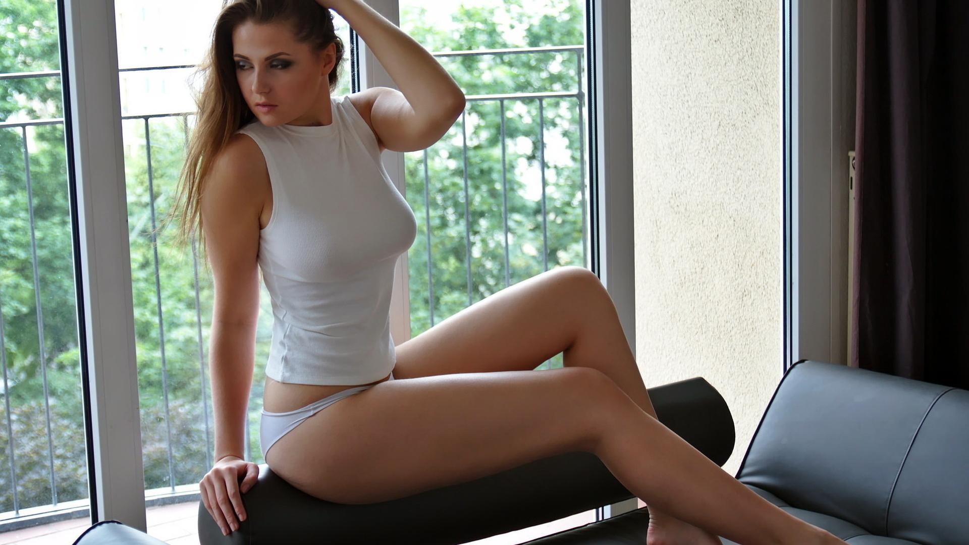 Купальнике ноги раздвинутые белые трусики молодые девушки
