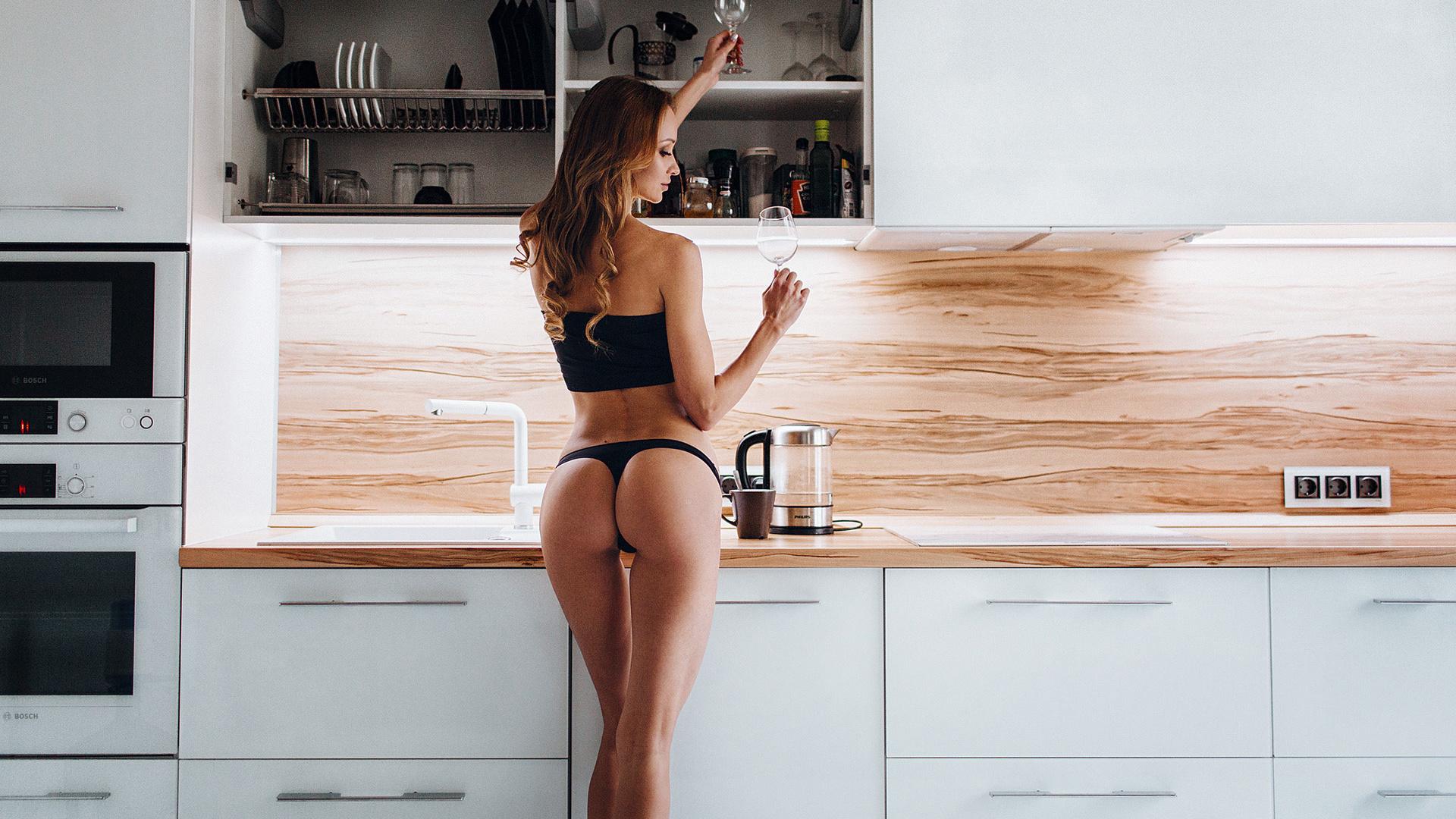 полуголые девушки на кухне милые