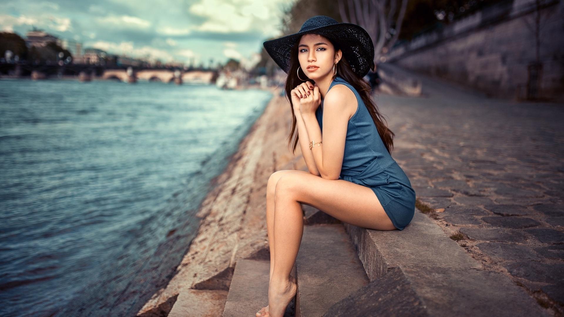 lods franck, photographer, девушка, брюнетка, модель, взгляд, платье, ножки, шляпа, набережная