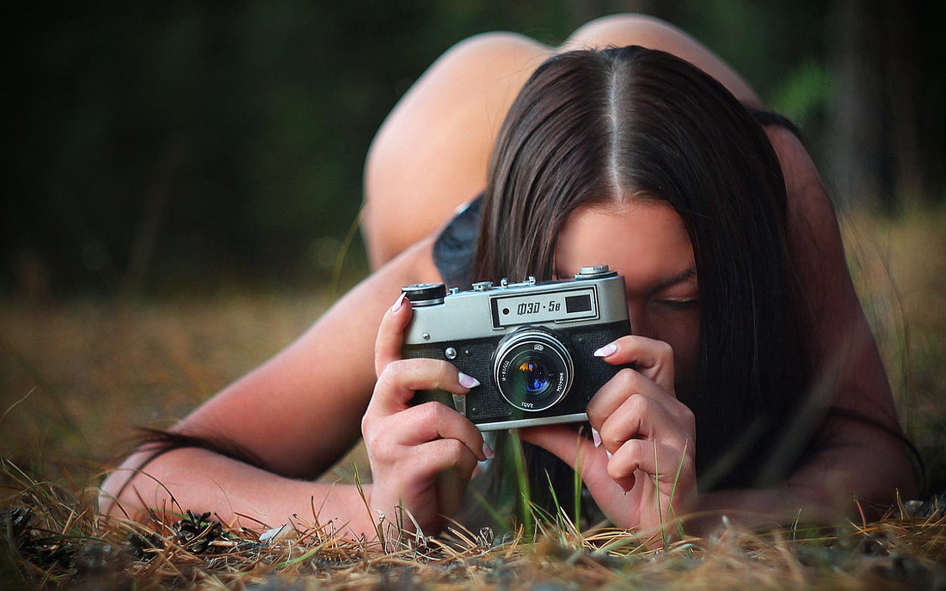 Голая брюнетка с фотоаппаратом #12