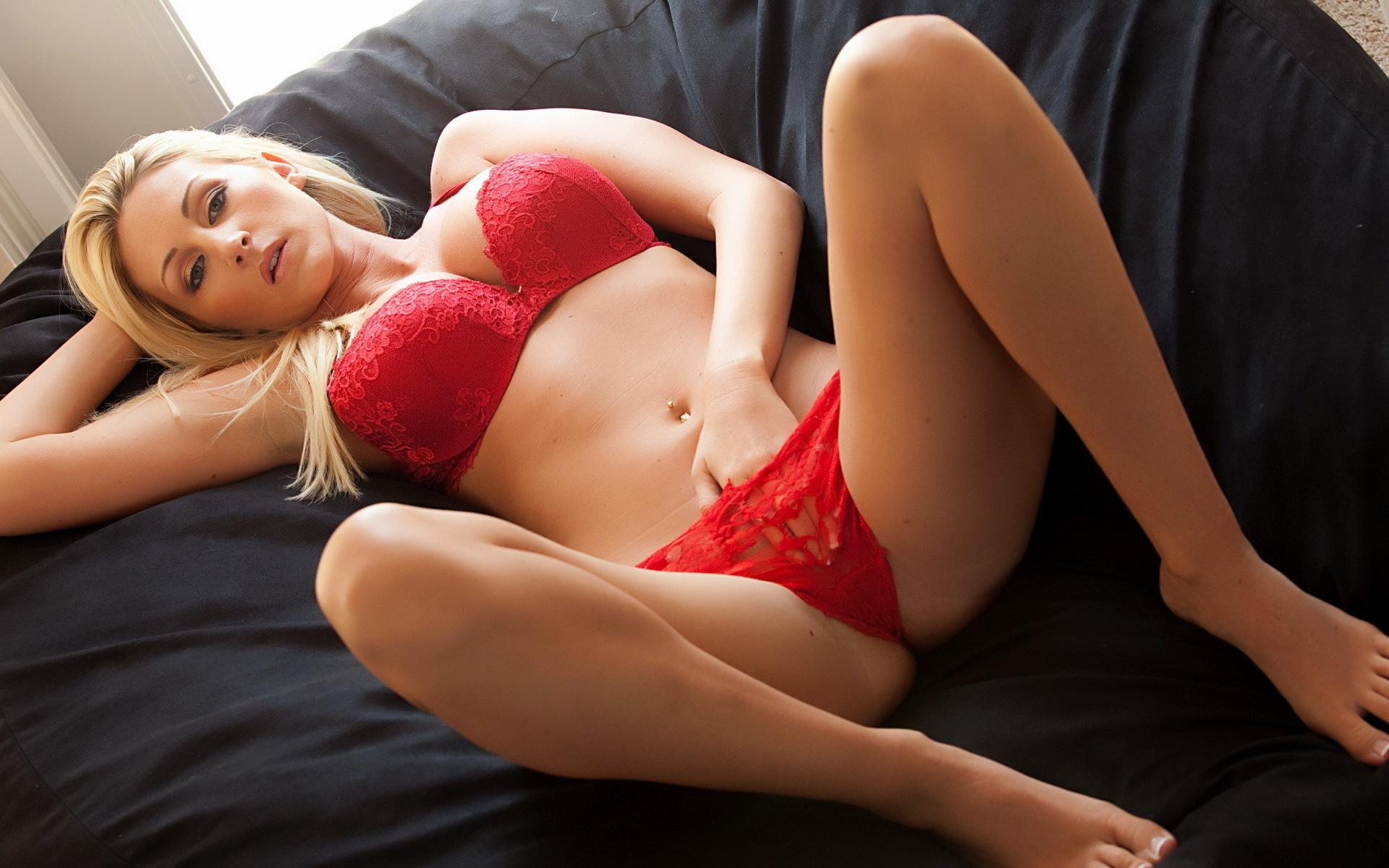 подразумевается всё эротические девушка в красных трусиках и в красном лифчике них, став
