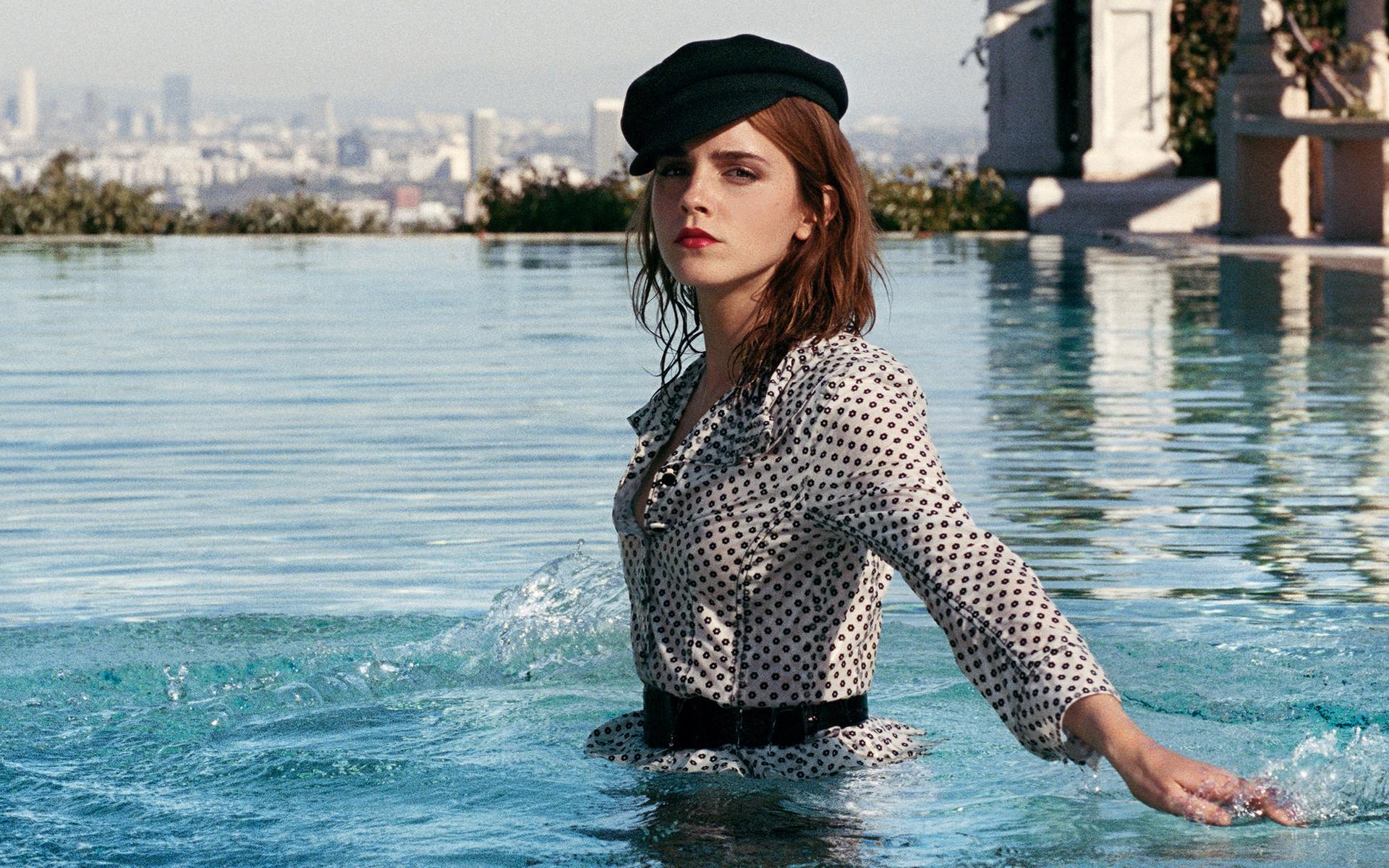 девушки купаются в деловой одежде фото - 4