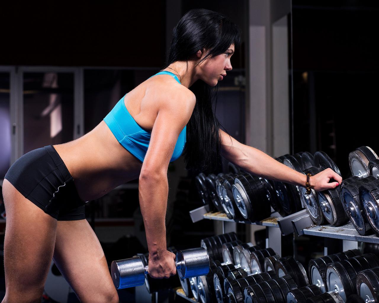 девушка, гантели, тренировка, спортзал, жим, длинные волосы, портрет, стройная, брюнетка, спортивная, спорт