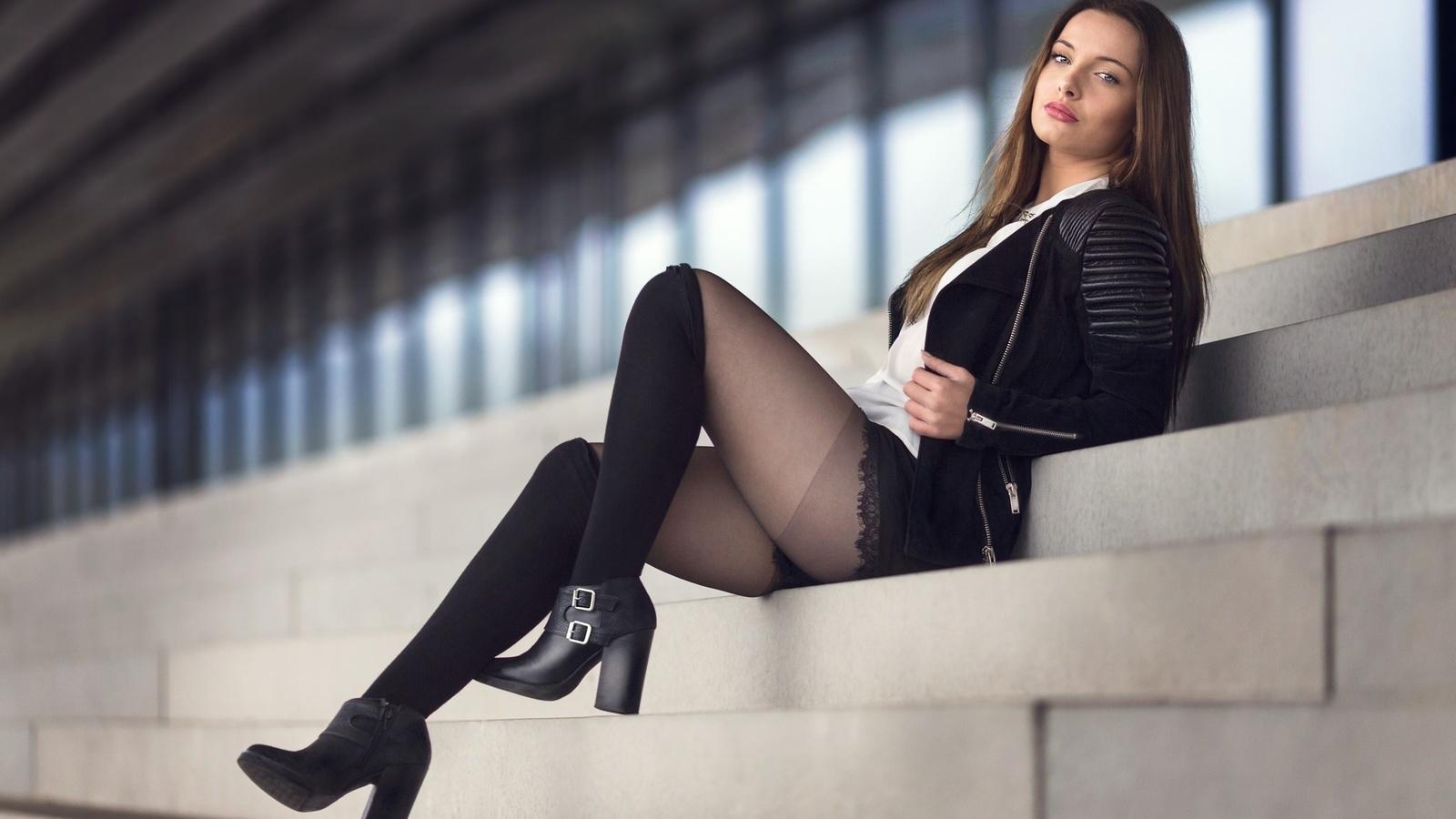 Девушки и модели в чулках или колготках