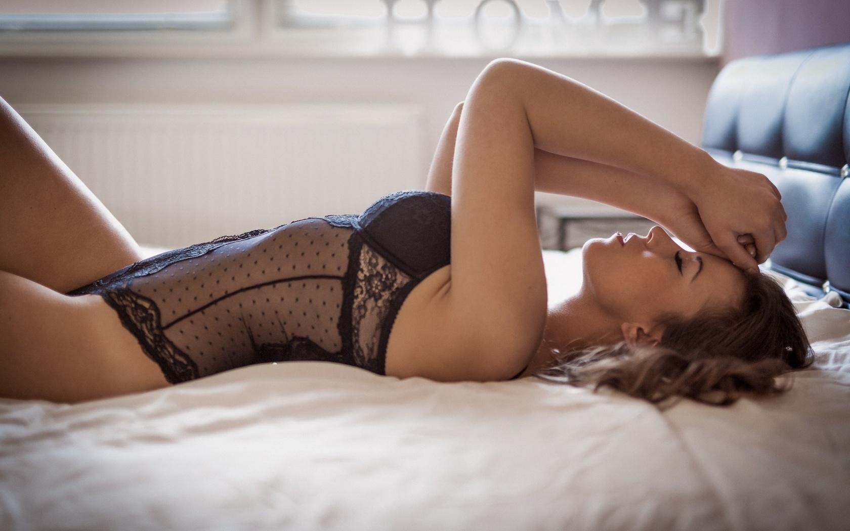 У девушки лежа видно нижнее белье фото — pic 13