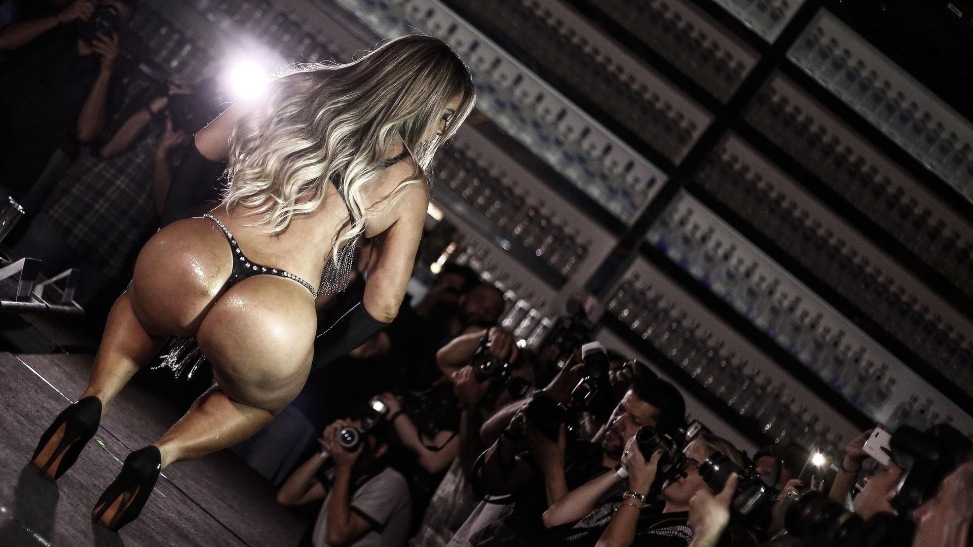 Фото интригующий показ задницы секс видео россии большими попками