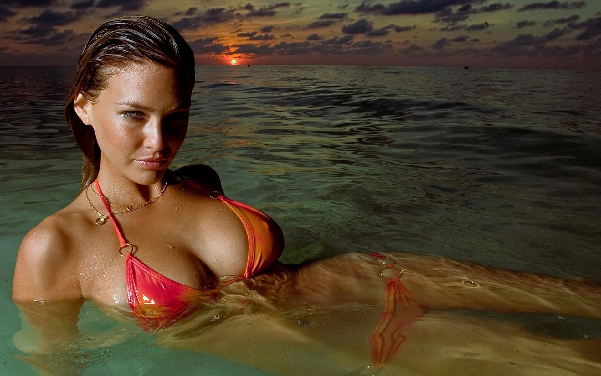 Смотреть грудастые девушки на пляже и с, Секс на пляже - подборка порно видео. Коллекция секс 1 фотография