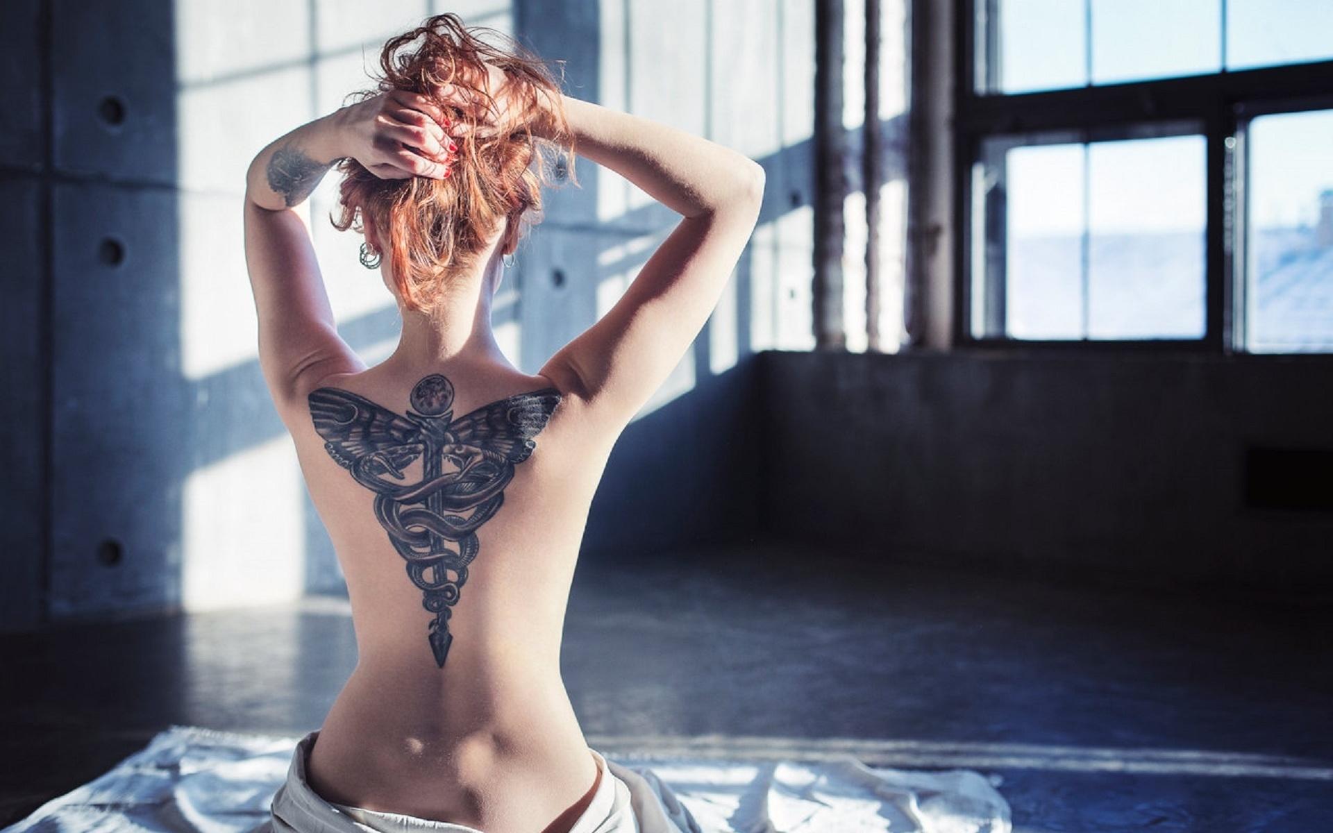 Рыжая девушка с наколкой на спине фото, Голая рыжая девушка с татуировками Похожие фото 1 фотография