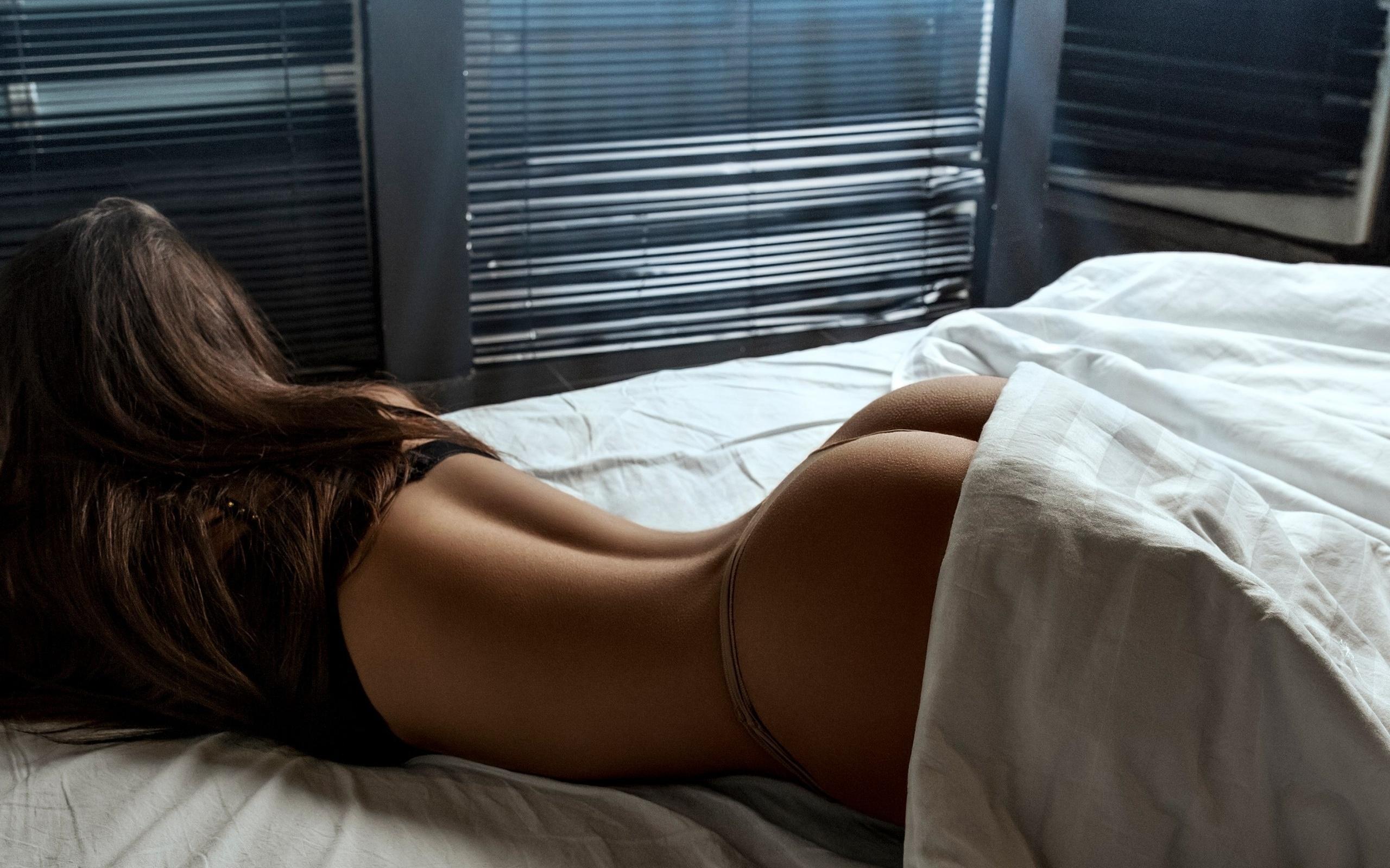 Фото попки девушек в постели, Большие задницы голых девушек в постели - Частное 19 фотография