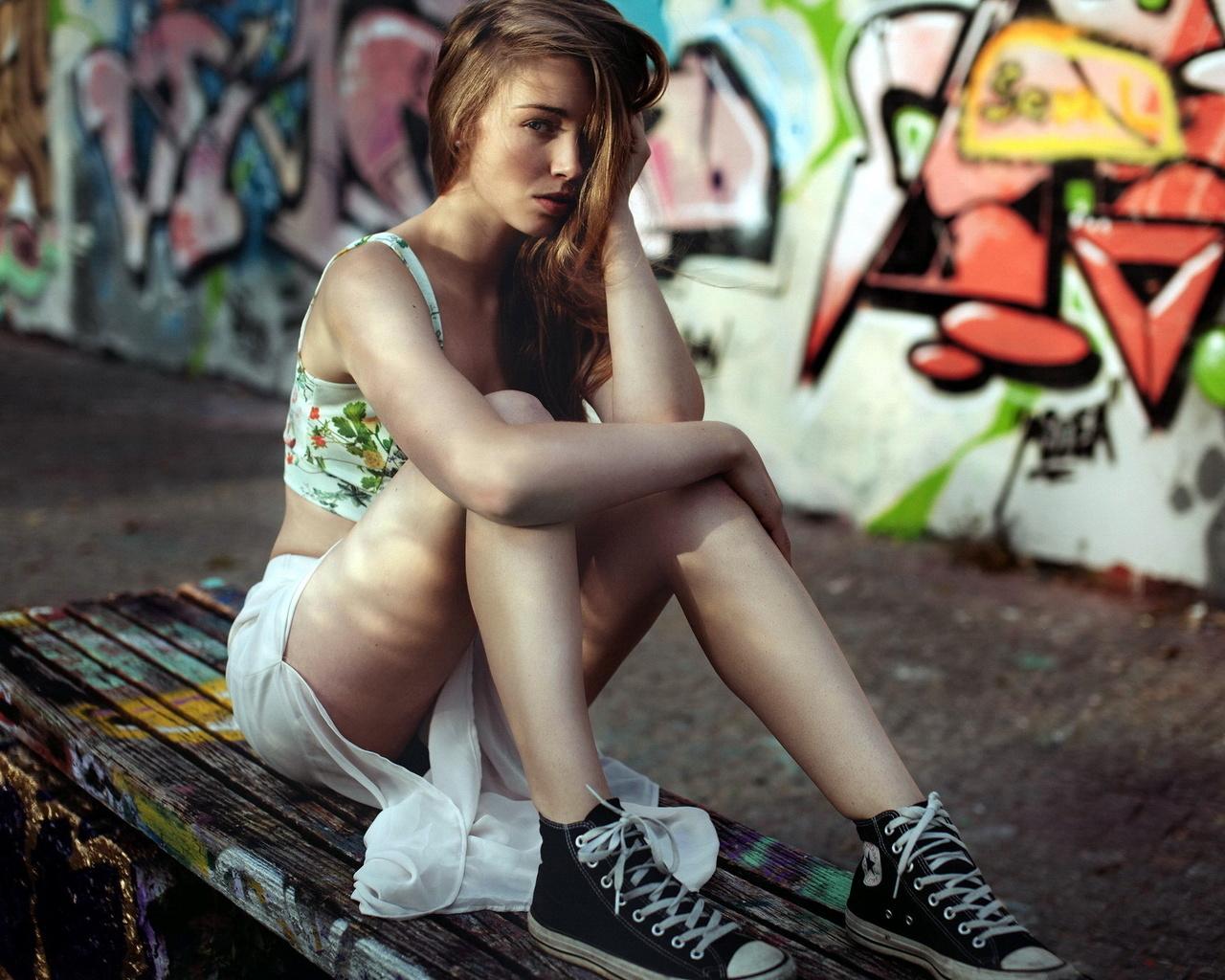 девушка, кеды, лавочка, граффити