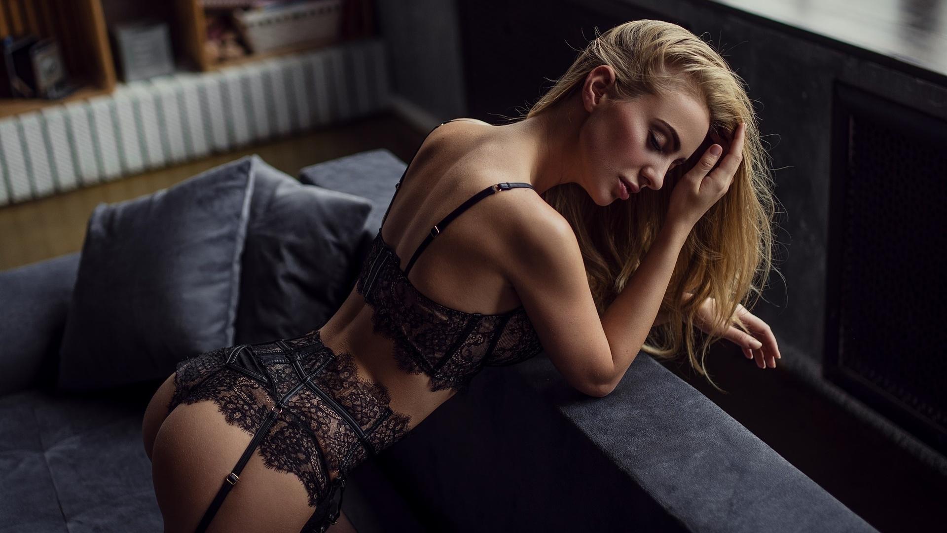 блондинка в ажурном белье своему