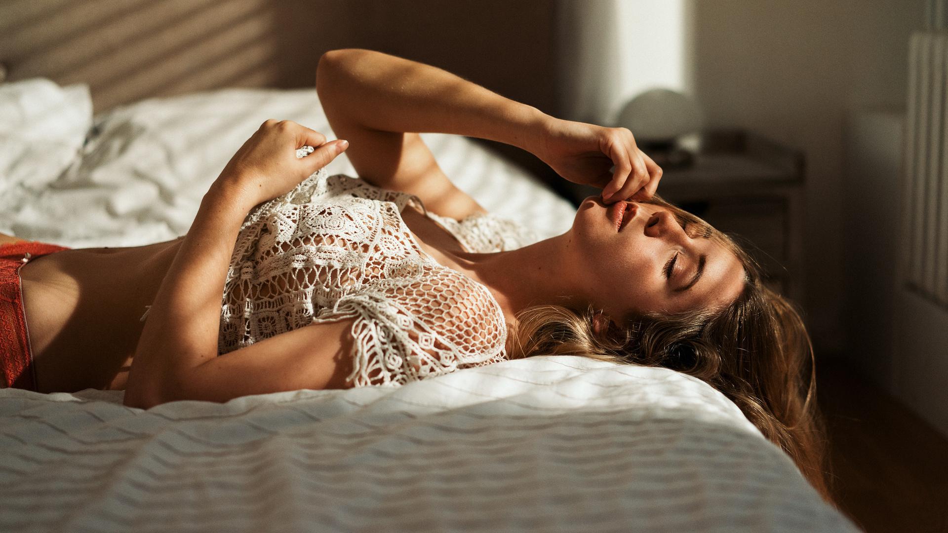 Эротика ласки молодых в постели таки нашел