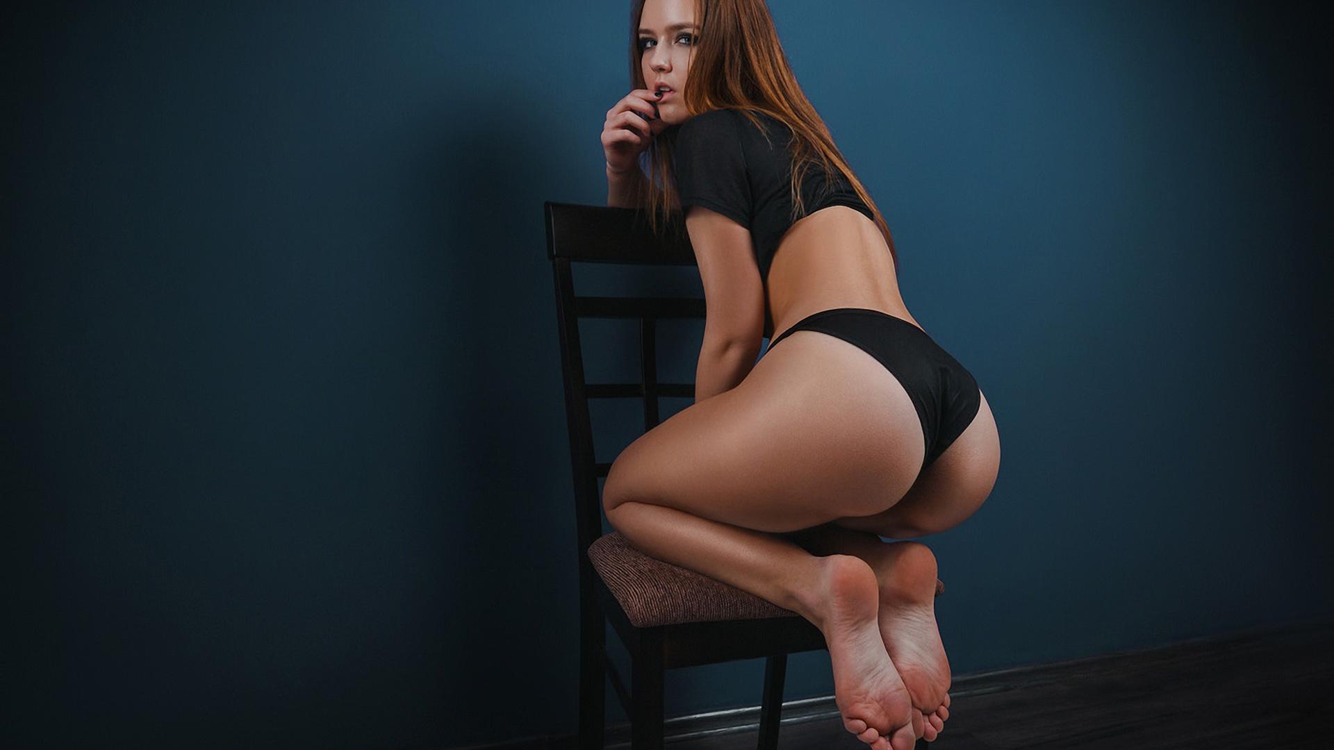 Девушка на коленях задом