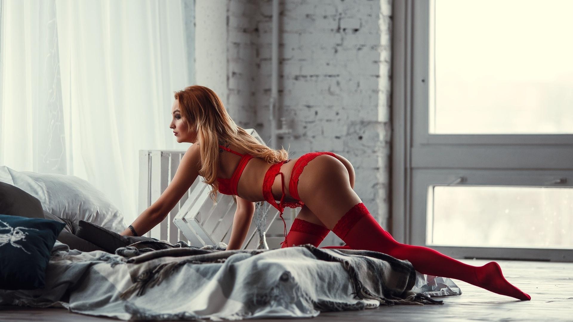 девушка в красном в чулках вопросы