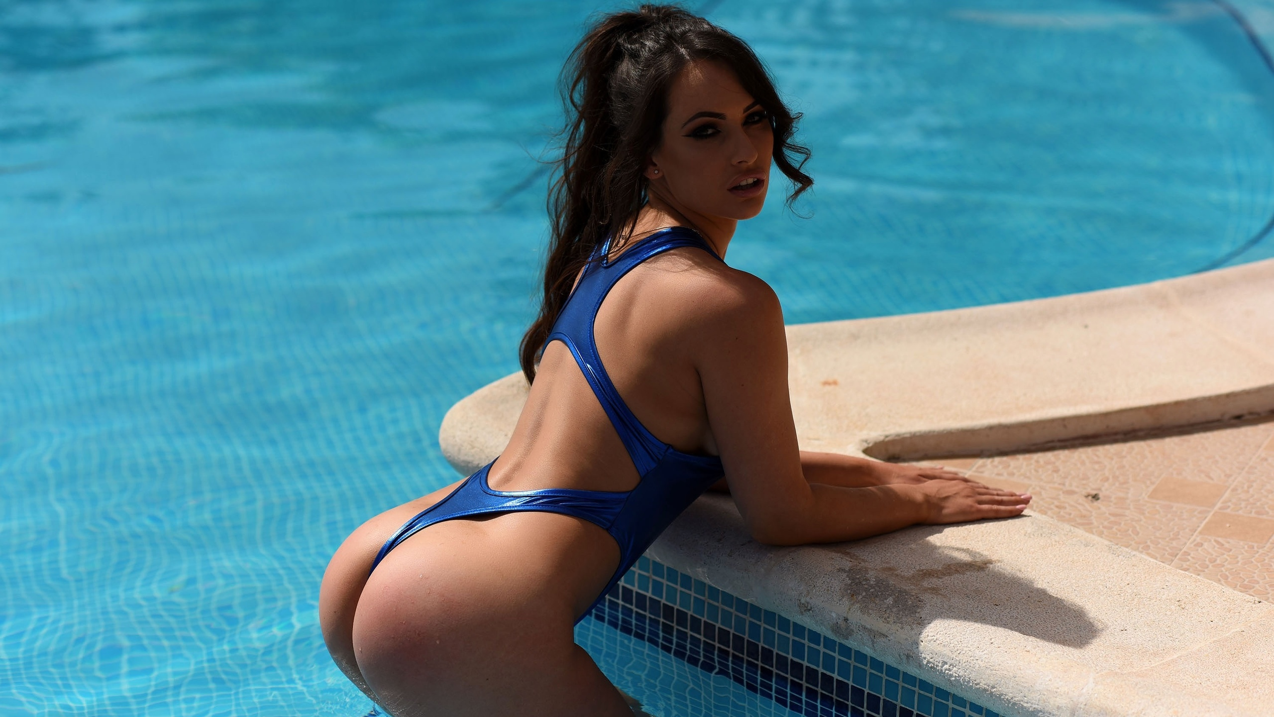 секс грудастая девушка дрочит около бассейна именно
